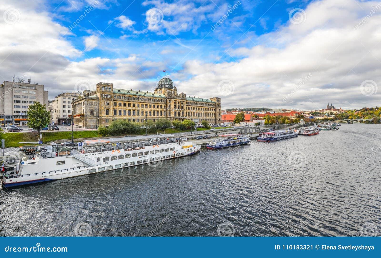 Riviermening over Ministerie van Vervoer van de de Tsjechische Republiek en Vltava-rivier met toeristenschepen, Praag, Tsjechisch