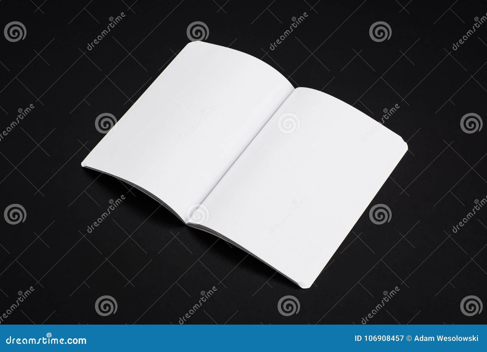 Riviste, libro o catalogo del modello sul fondo nero della tavola