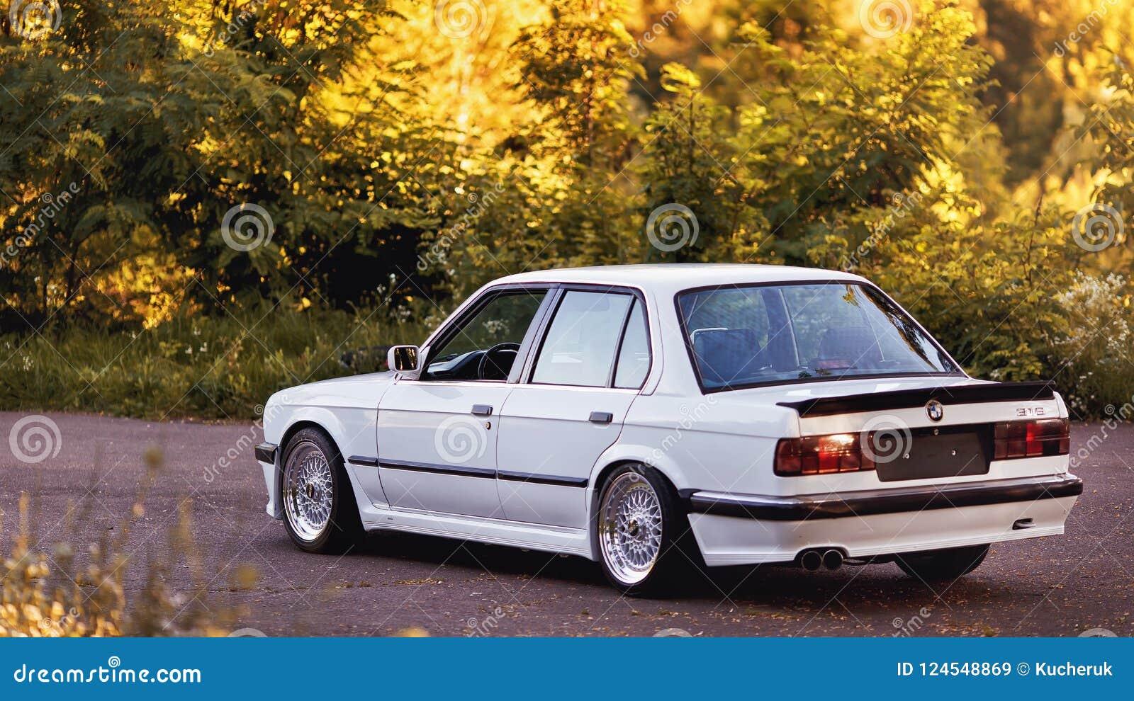 Rivne, de Oekraïne - Juli 07, 2018: Originele outdors van BMW M3 e30, sportwielen, tunning, glanzende en glanzende oude klassieke