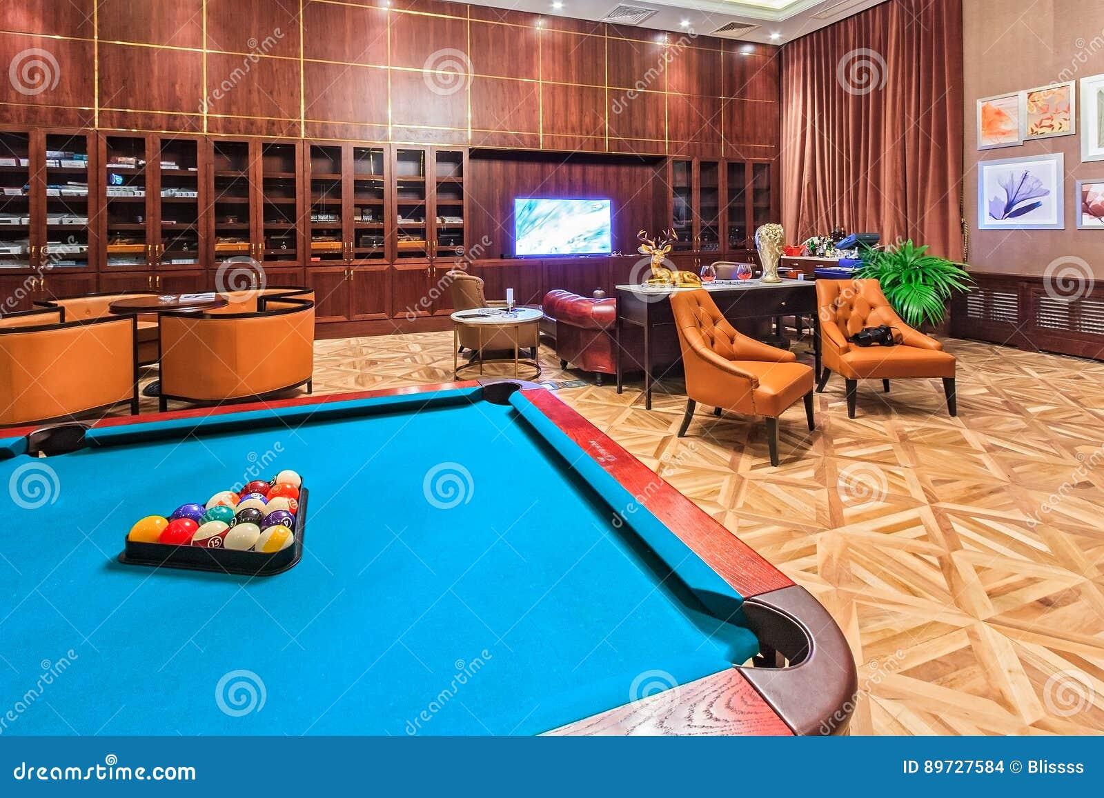 Rixos holu Hotelowy cygarowy wnętrze z nowożytnym meble, wygodnym położeniem i bilardowym stołem, obraca czekanie w przyjemnego p