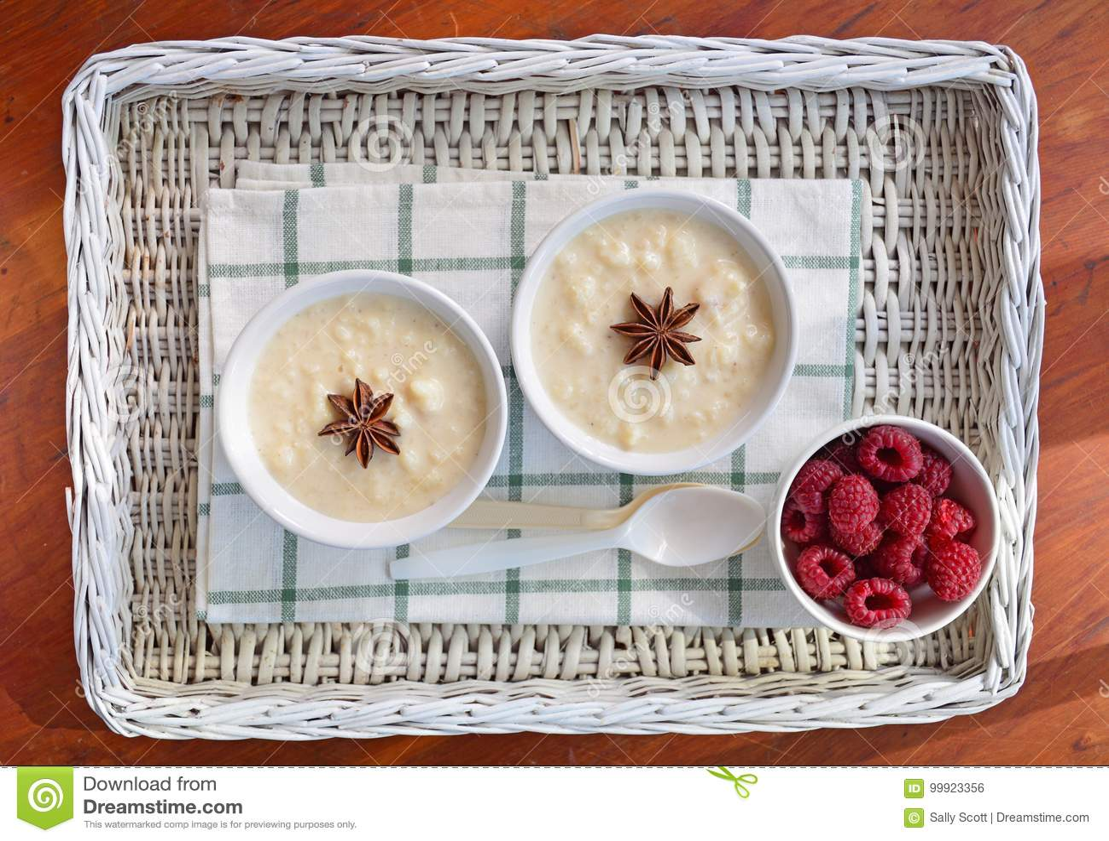 Riz au lait crémeux avec des framboises