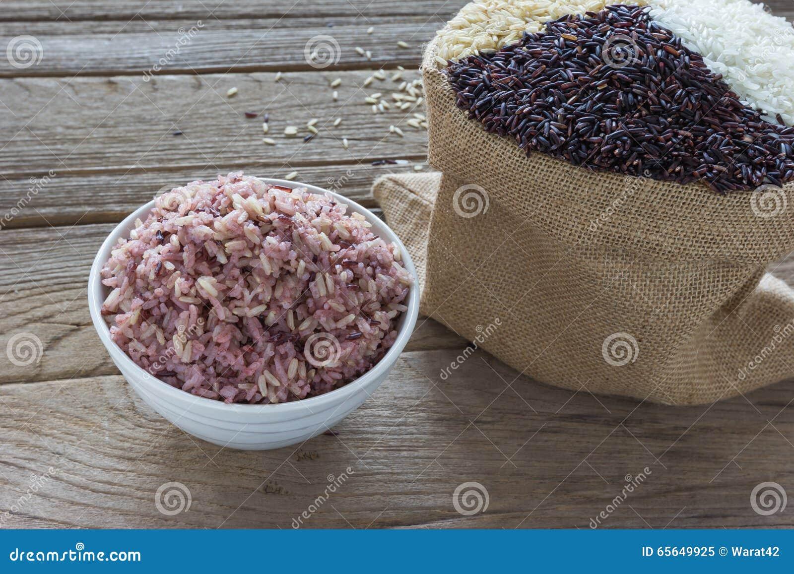 Riz cuit avec du riz de jasmin, le riz brut et le riz de baies