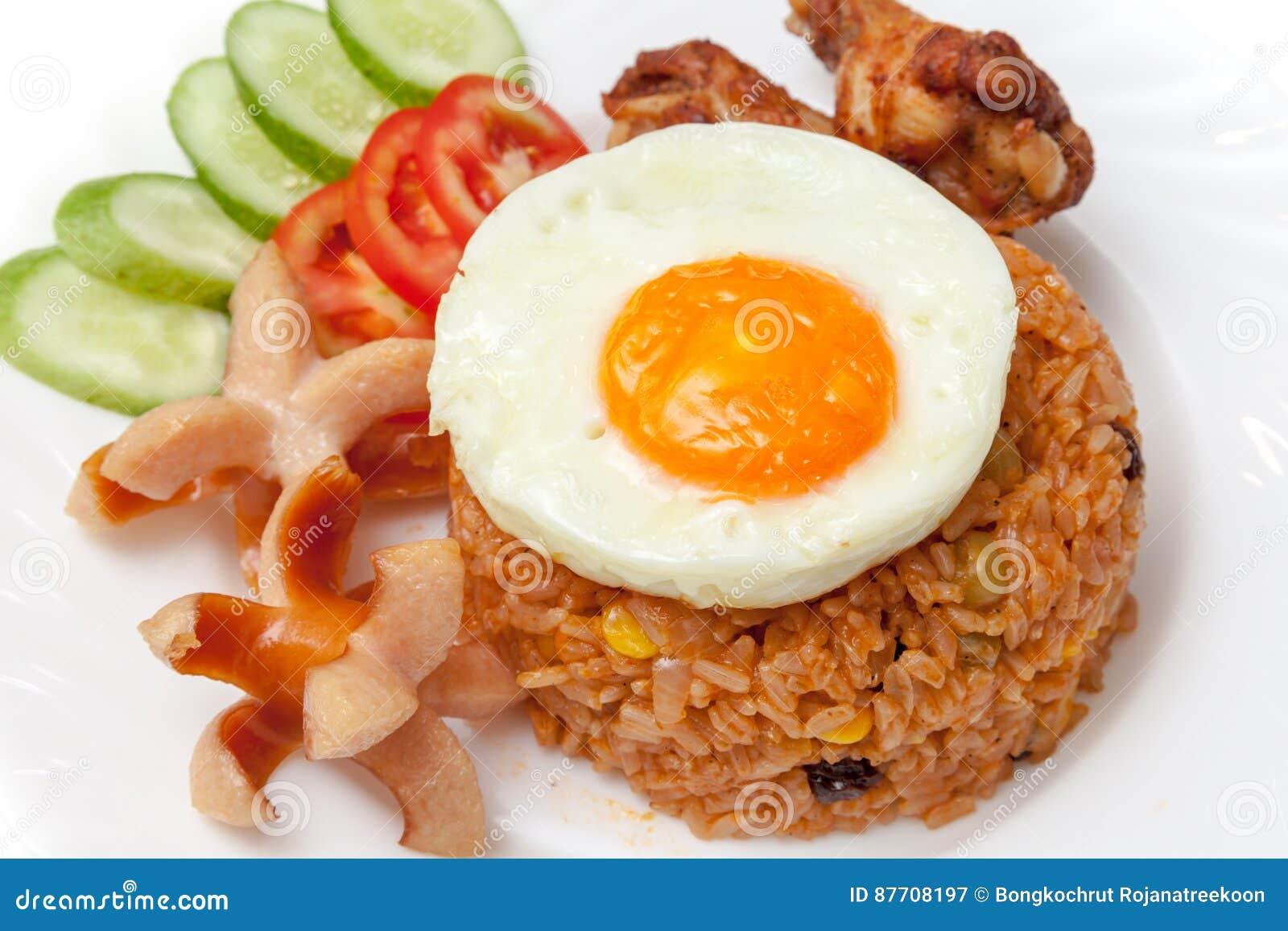 Riz frit d Américain avec des saucisses, oeuf au plat, poulet frit, cuc