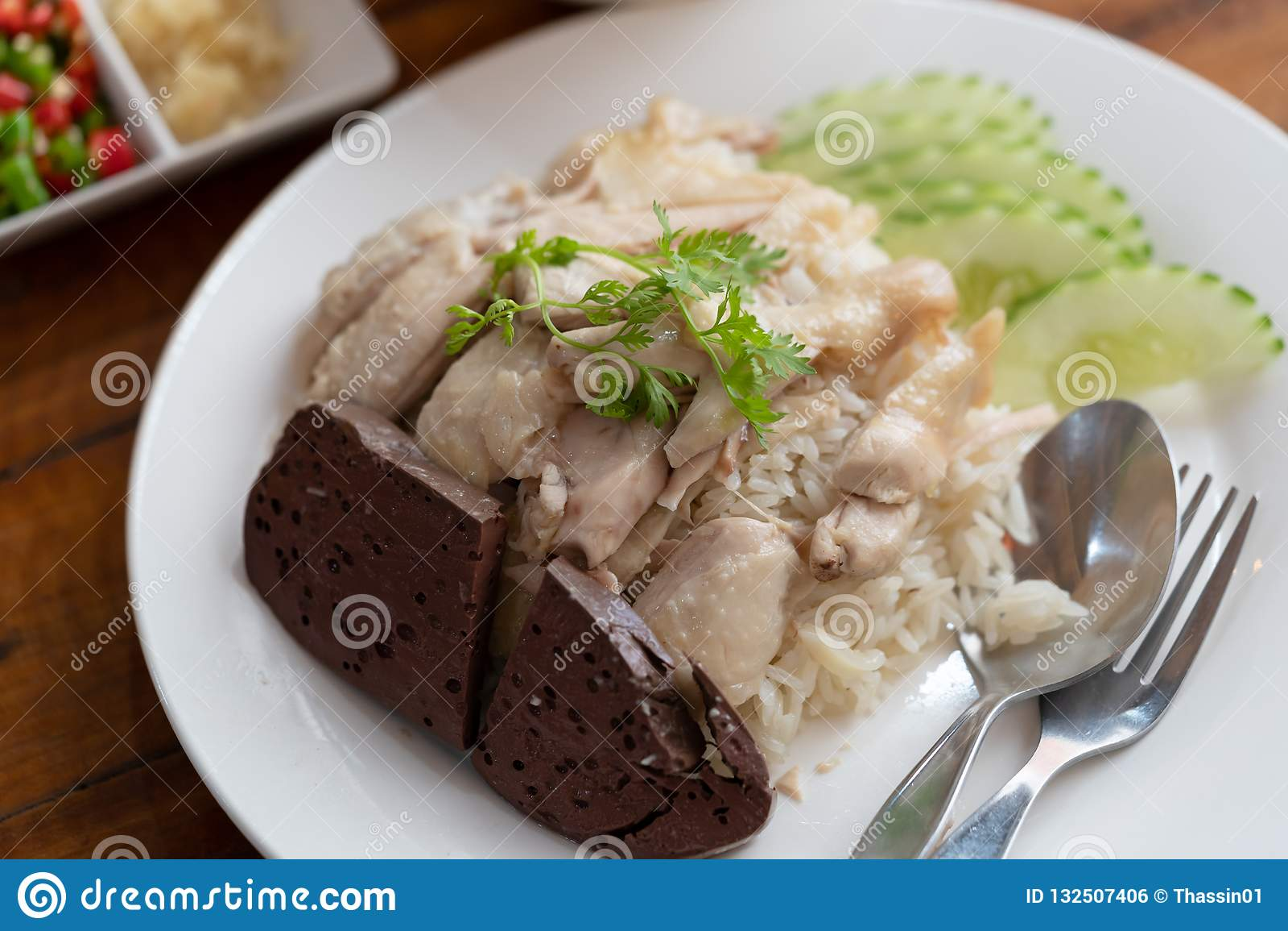 Riz thaïlandais de riz de poulet de Hainanese de gourmet de nourriture cuit à la vapeur avec du potage au poulet