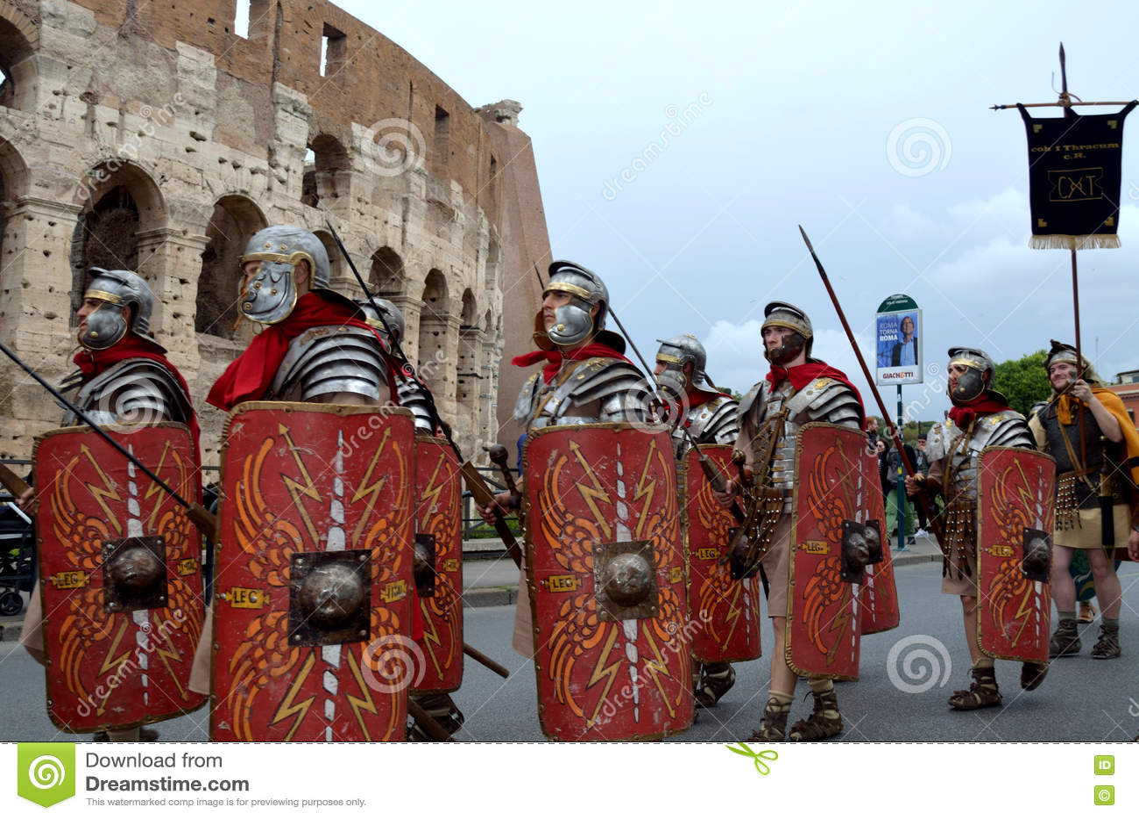 Römische armee nahe colosseum an der historischen parade