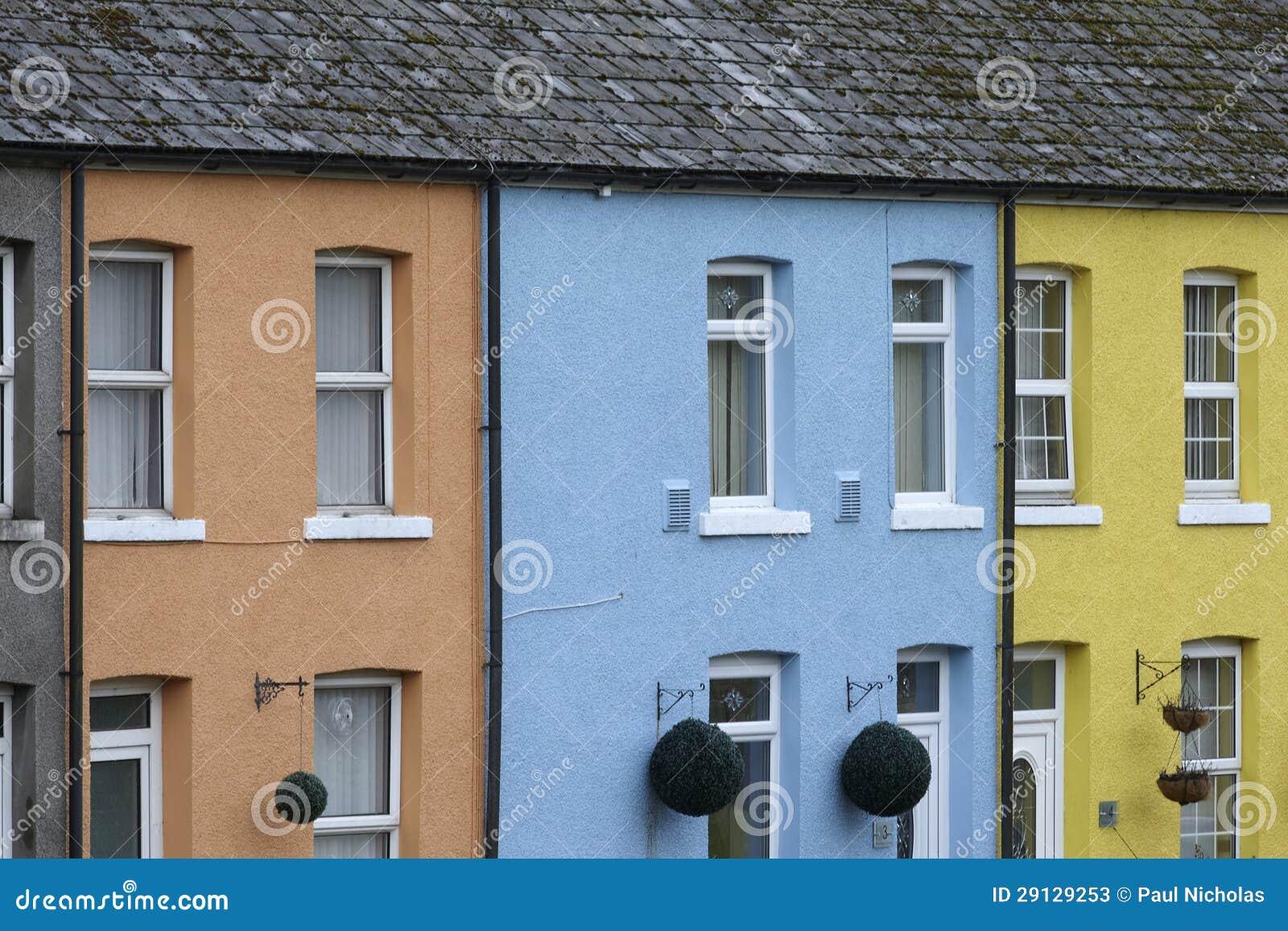 Ro av tre ljust färgade hus