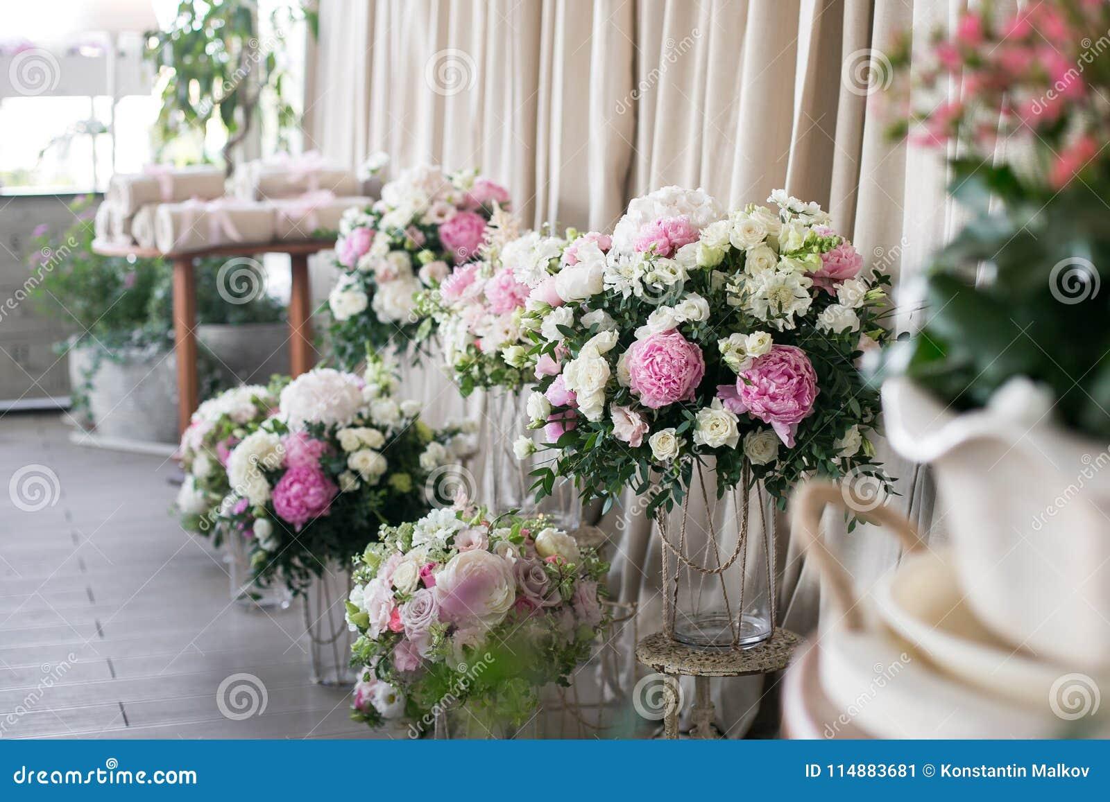 Ro för pärla för inbjudan för garnering för dekor för bakgrundsboutonnierekort som gifta sig white härliga blommasammansättningar