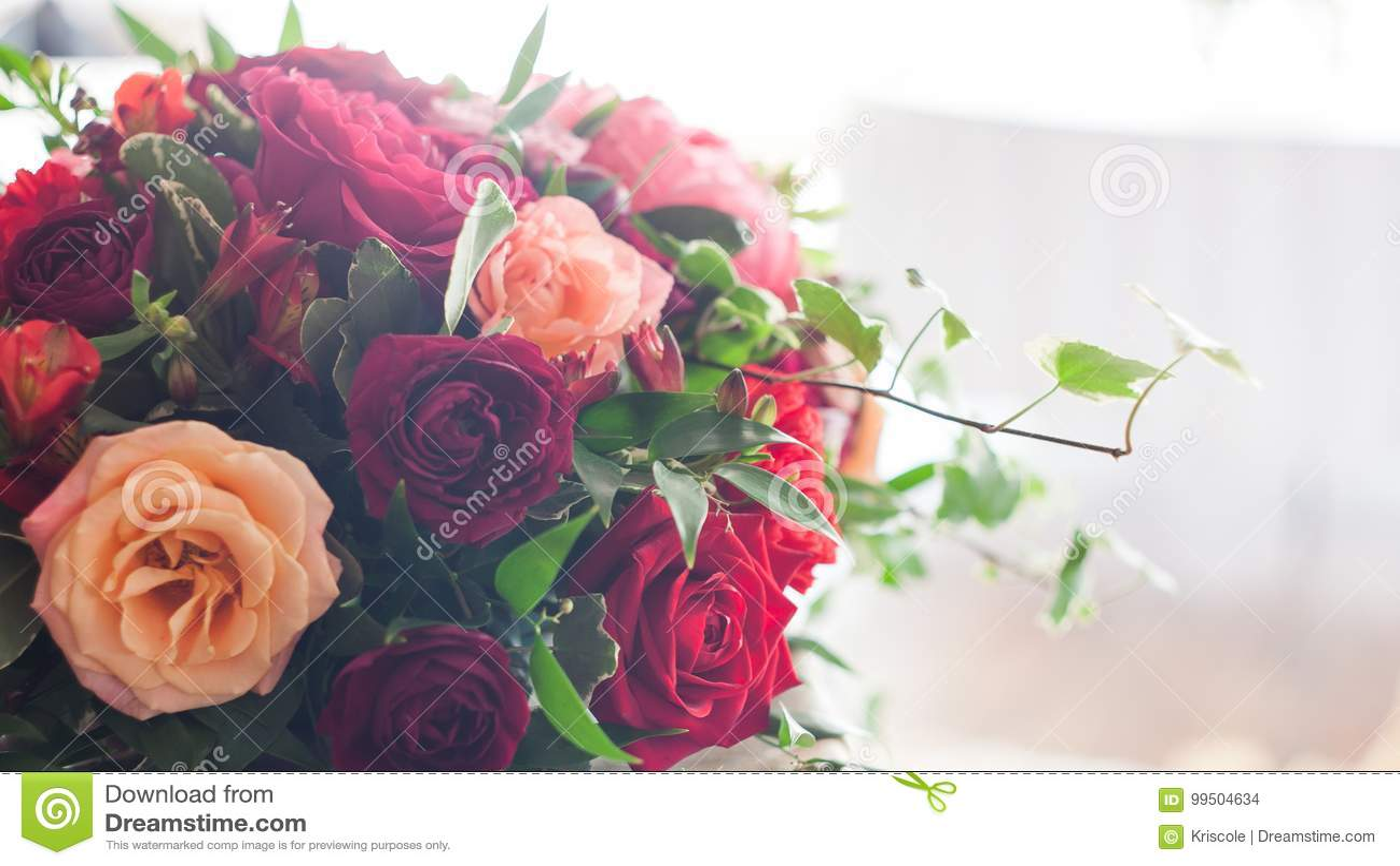 Ro för pärla för inbjudan för garnering för dekor för bakgrundsboutonnierekort som gifta sig white Röda blommor i restaurangen, m