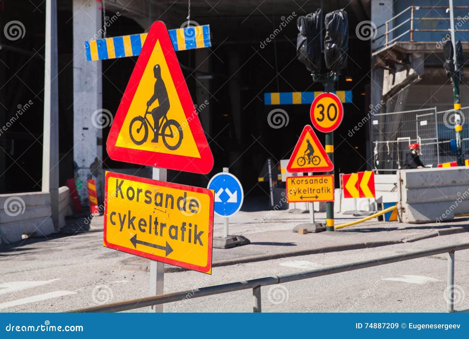 Roadsigns de advertência ao longo da estrada urbana sweden
