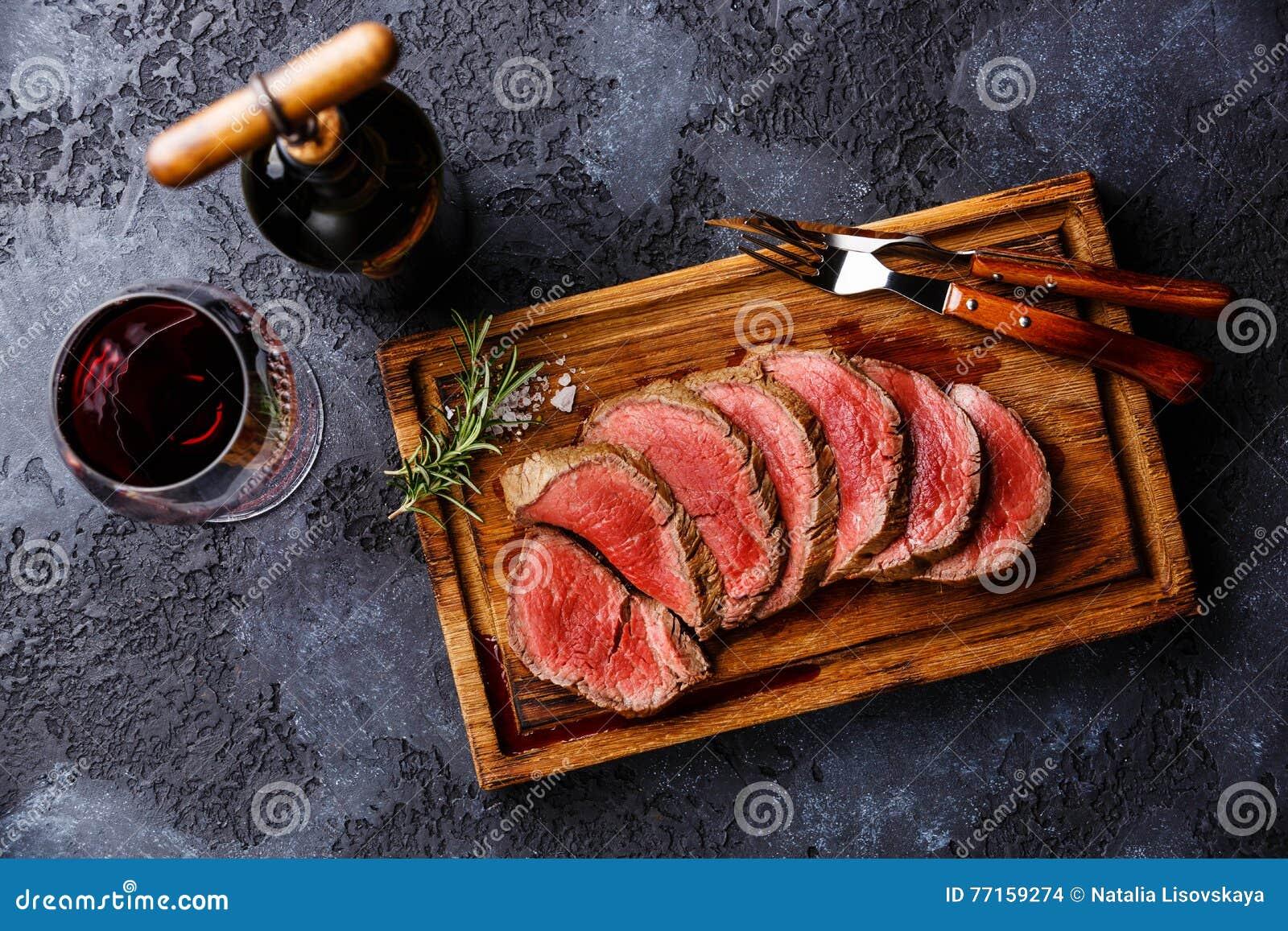 Roastbeef de bifteck de filet et vin rouge découpés en tranches