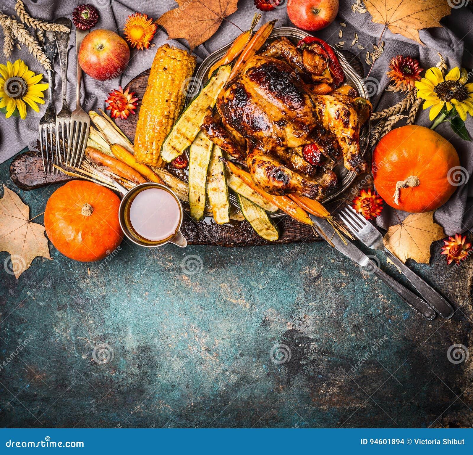 Roasted füllte ganzen Truthahn oder Huhn mit organischen Erntegemüse, Kürbis und den Kornähren für das Danksagungsabendessen an,