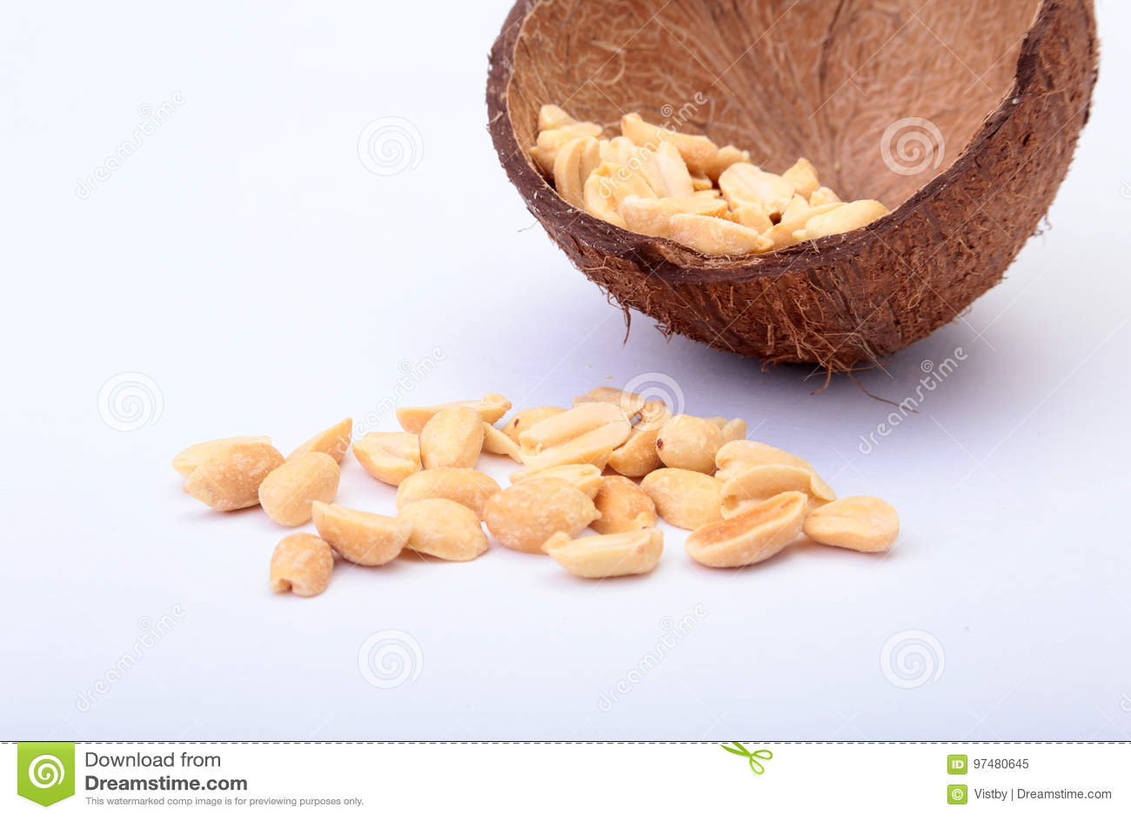 Roasted ha sbucciato le arachidi in ciotola fatta a mano di noce di cocco, fuoco selettivo