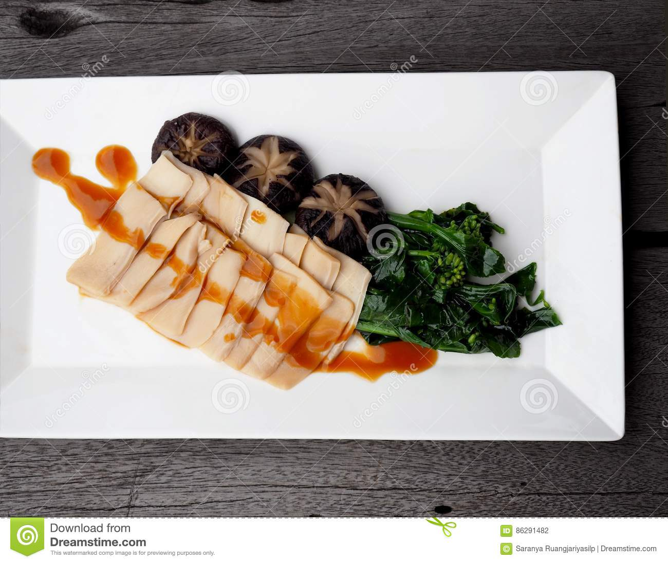 Roasted sliced conch with Chinese gravy oyster sauce.