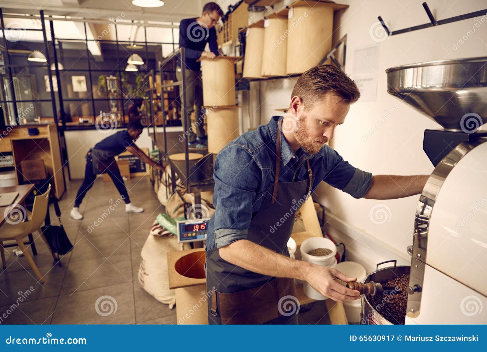 Roastery de café et société de distribution avec les hommes au travail