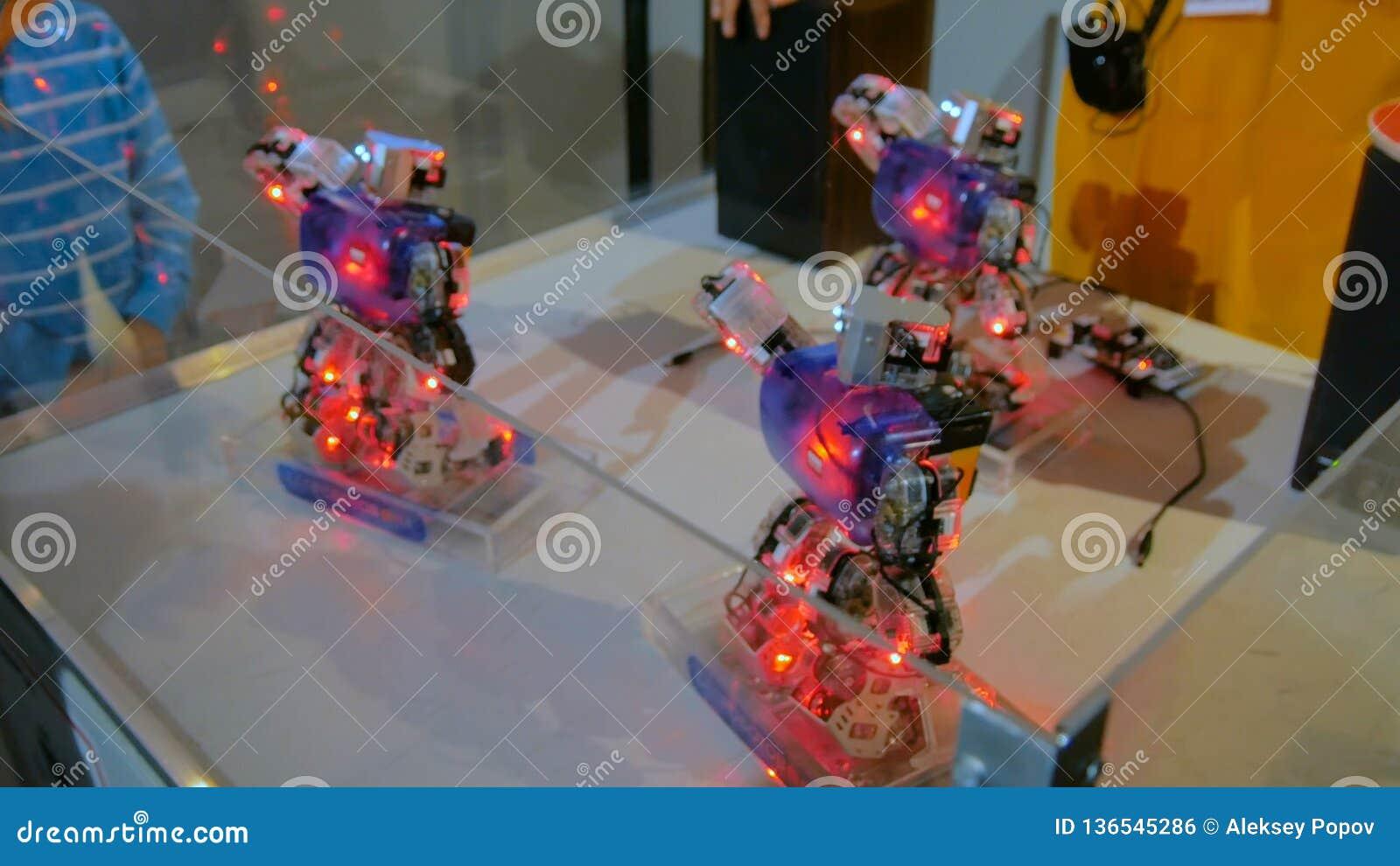 Robôs do Humanoid que dançam na mostra robótico