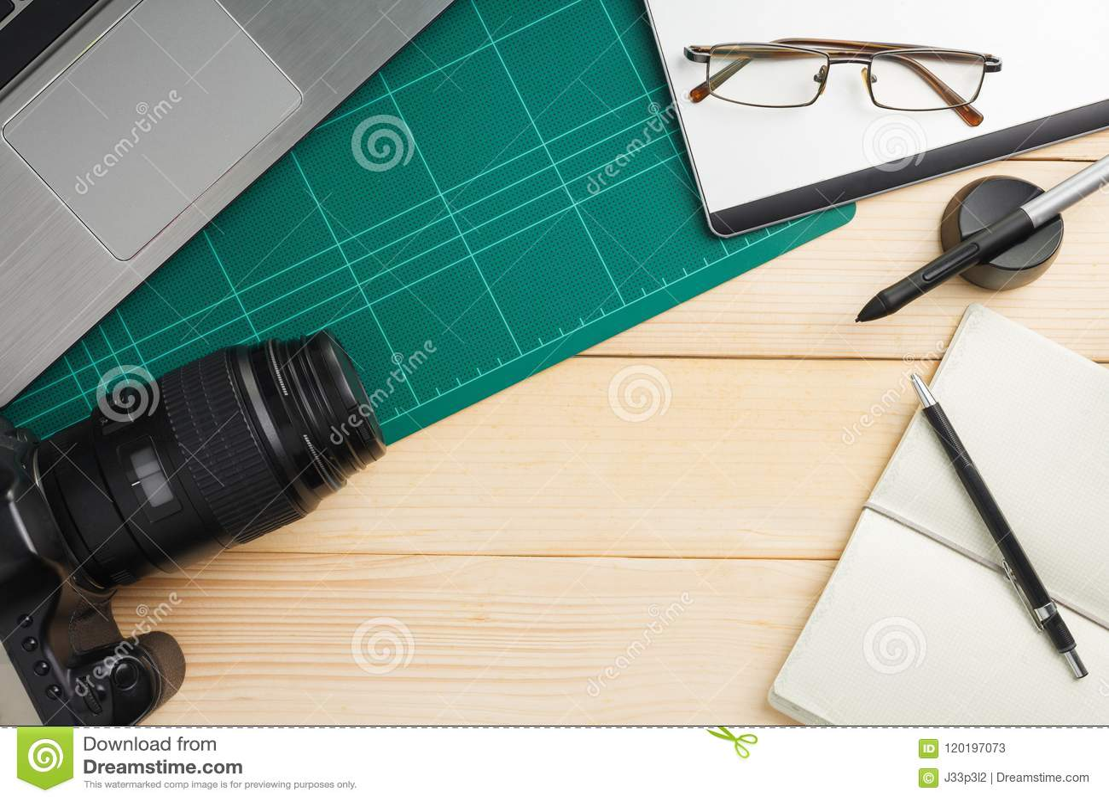 Roba e aggeggi dell ufficio sullo scrittorio di legno