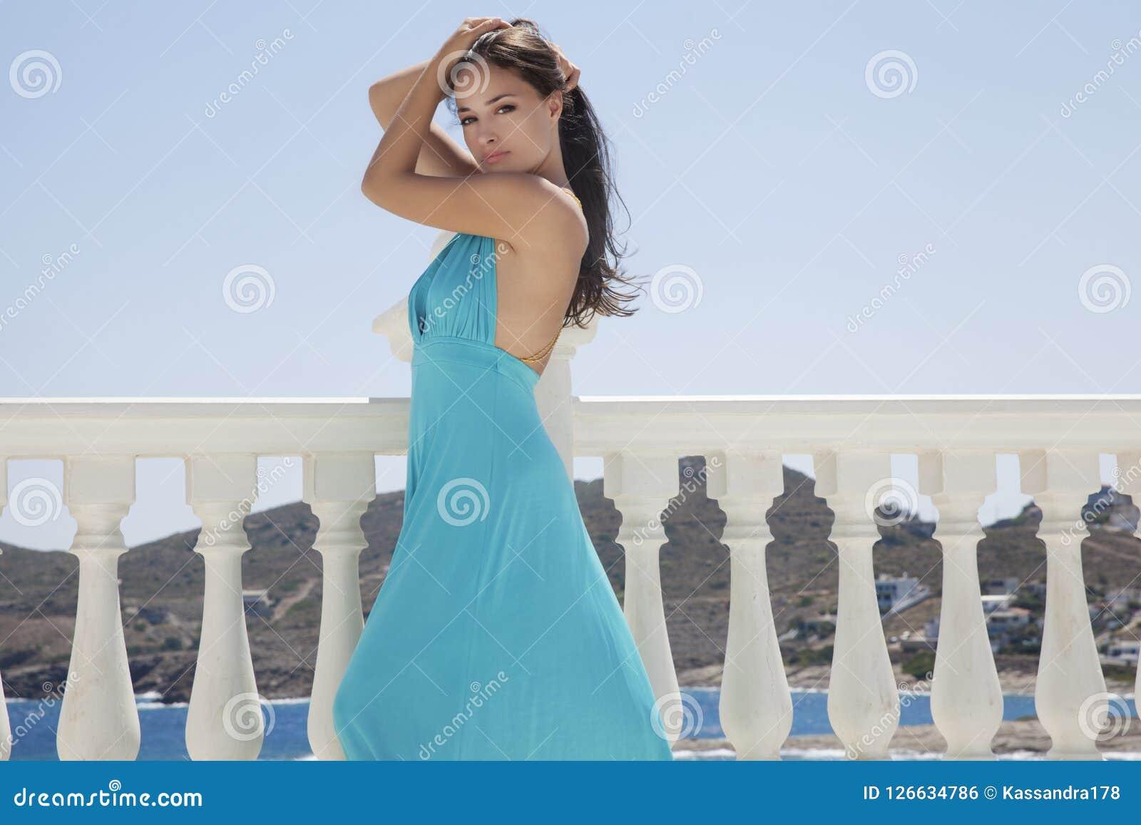 Robe bleue et mer bleue