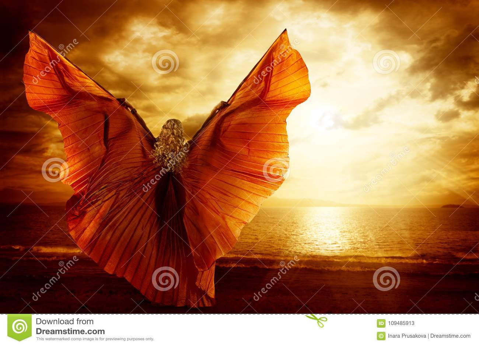 Robe d ailes de danse de femme, mode Art Model Flying sur le ciel d océan
