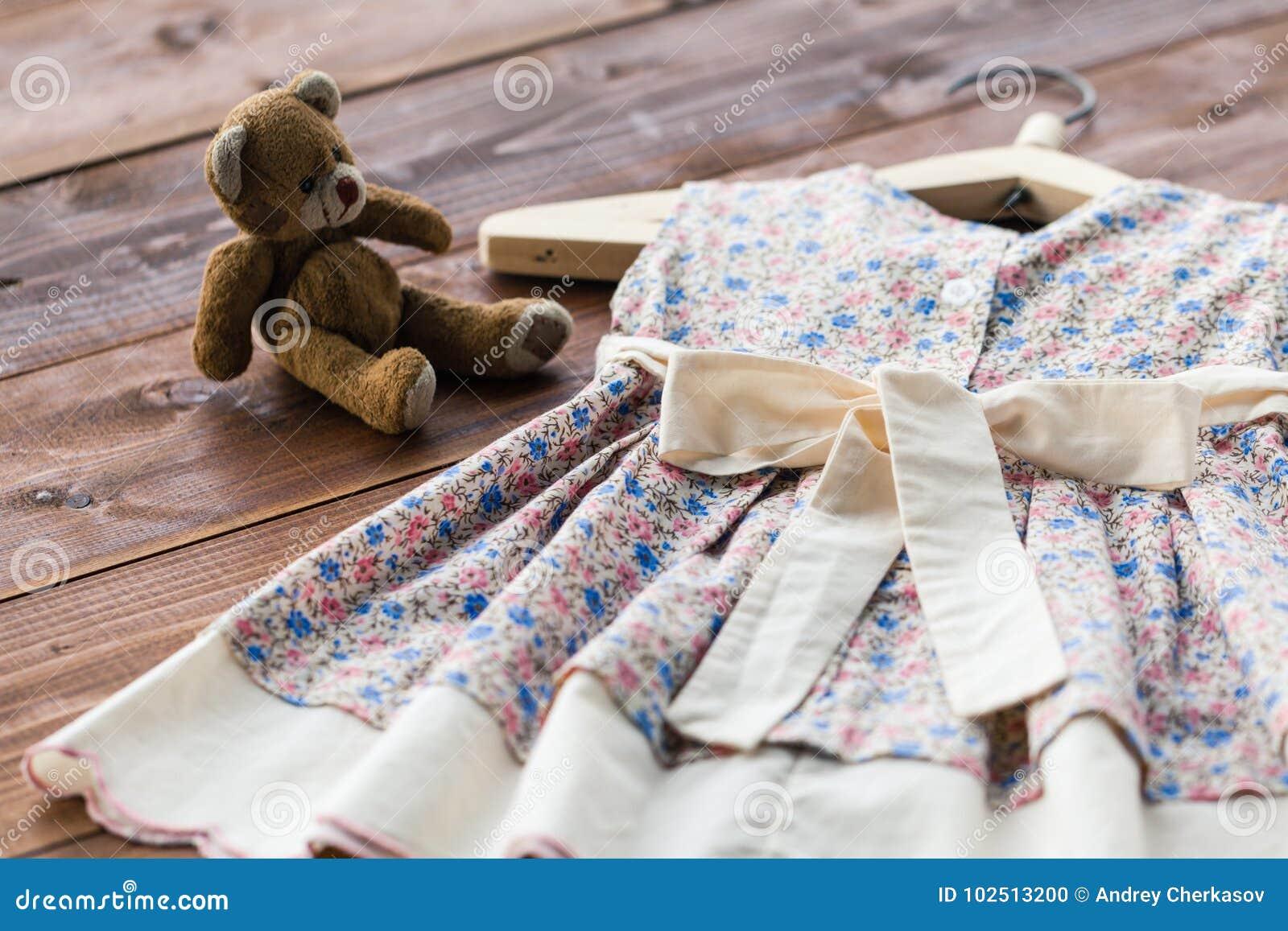 Robe du ` s de bébé de baptême accrochant sur un cintre - foyer sélectif, l espace de copie