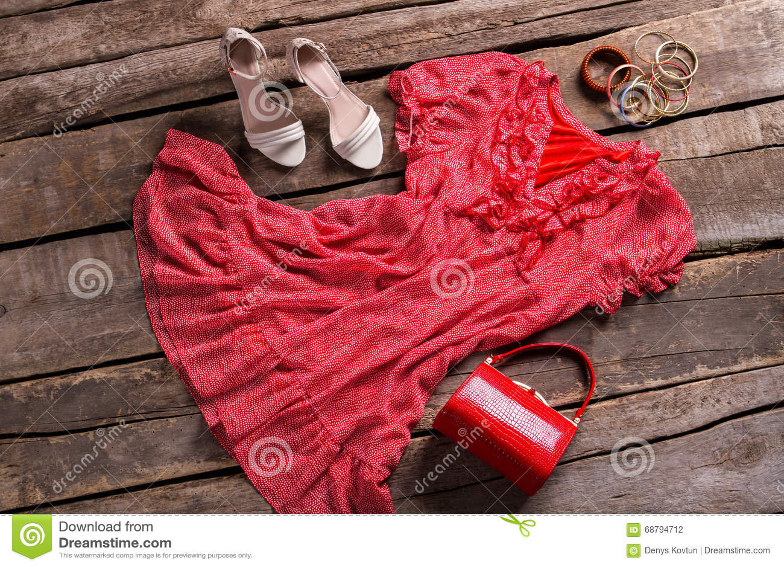791e8d466be Robe Rouge Avec Les Accessoires Lumineux Photo stock - Image du ...