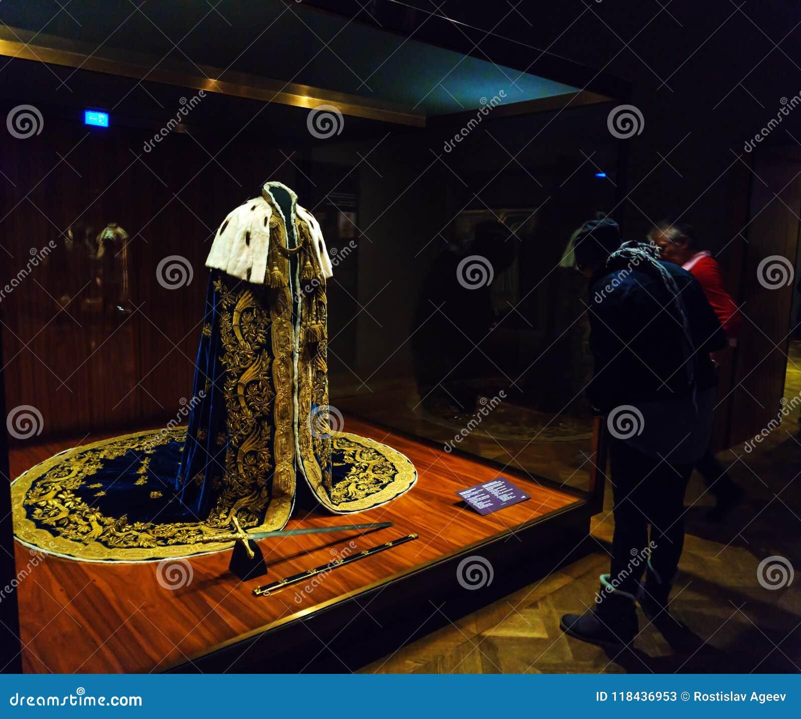 Robes en zwaard van orde in de Keizerschatkist of Kaiserliche