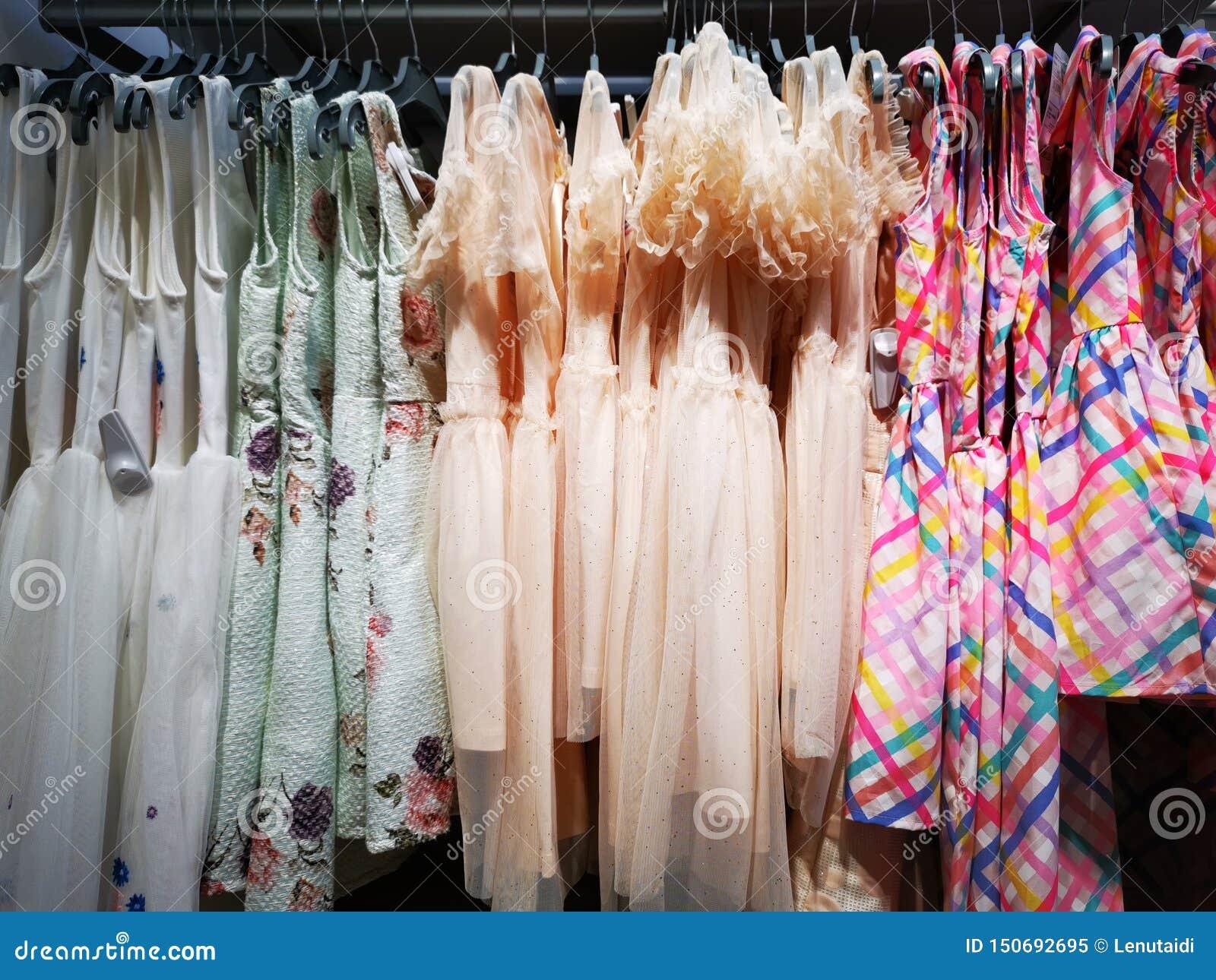 Pour Accrocher Les Vetements robes pour accrocher de petites filles image stock - image