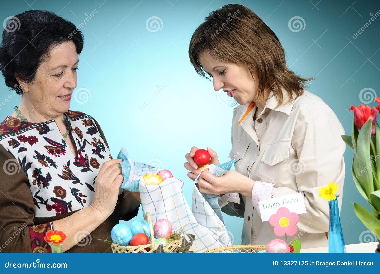 Robią dwa kobiety Easter jajka