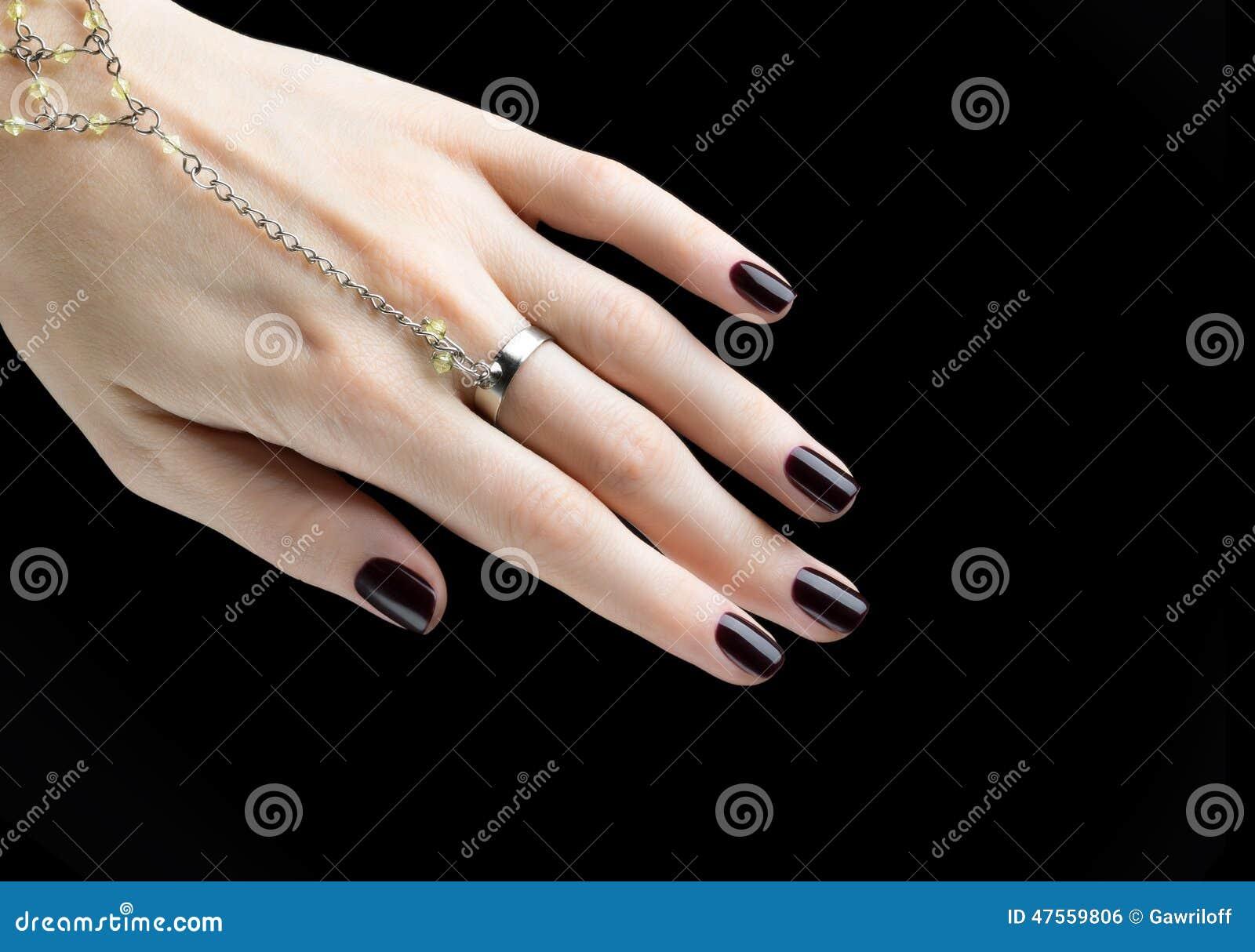 Robiący manikiur gwóźdź z Czarnym Matte gwoździa połyskiem Manicure z zmrokiem
