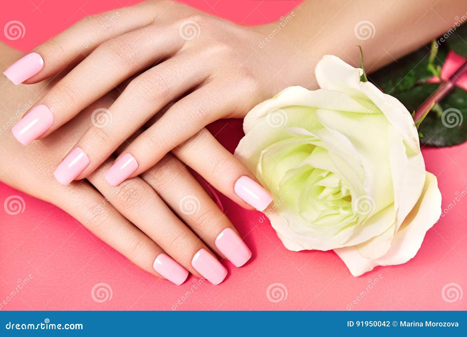 Robiący manikiur gwoździe z różowym gwoździa połyskiem Manicure z nailpolish Mody sztuki manicure, błyszcząca gel laka Przybija s