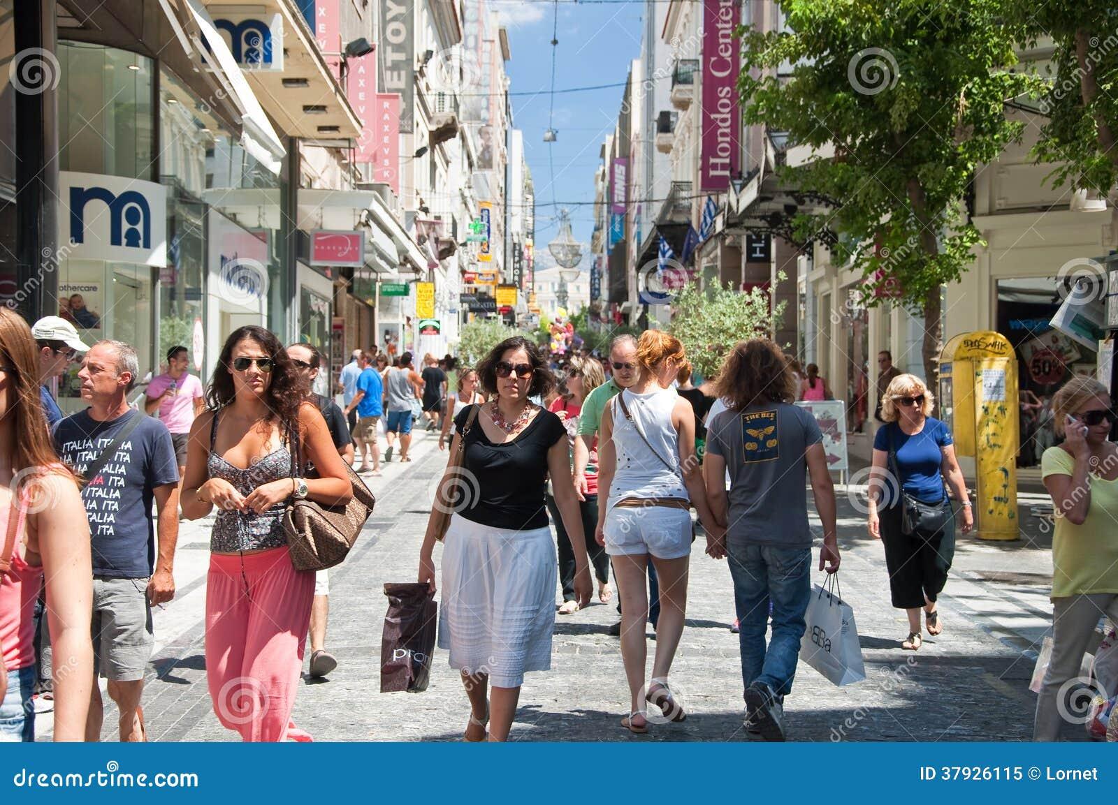 Robiący zakupy na Ermou ulicie na Sierpień 3, 2013 w Ateny, Grecja.