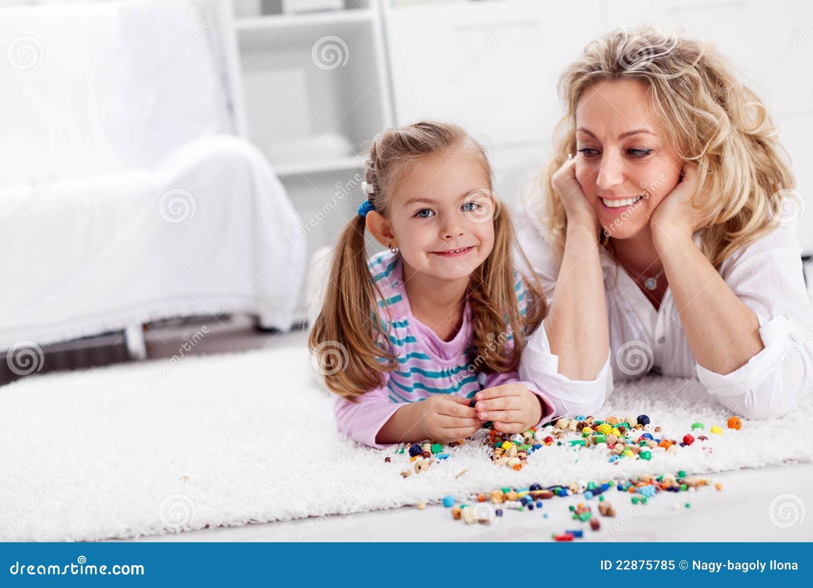 Robić dla mamy kolii - małej dziewczynki bawić się