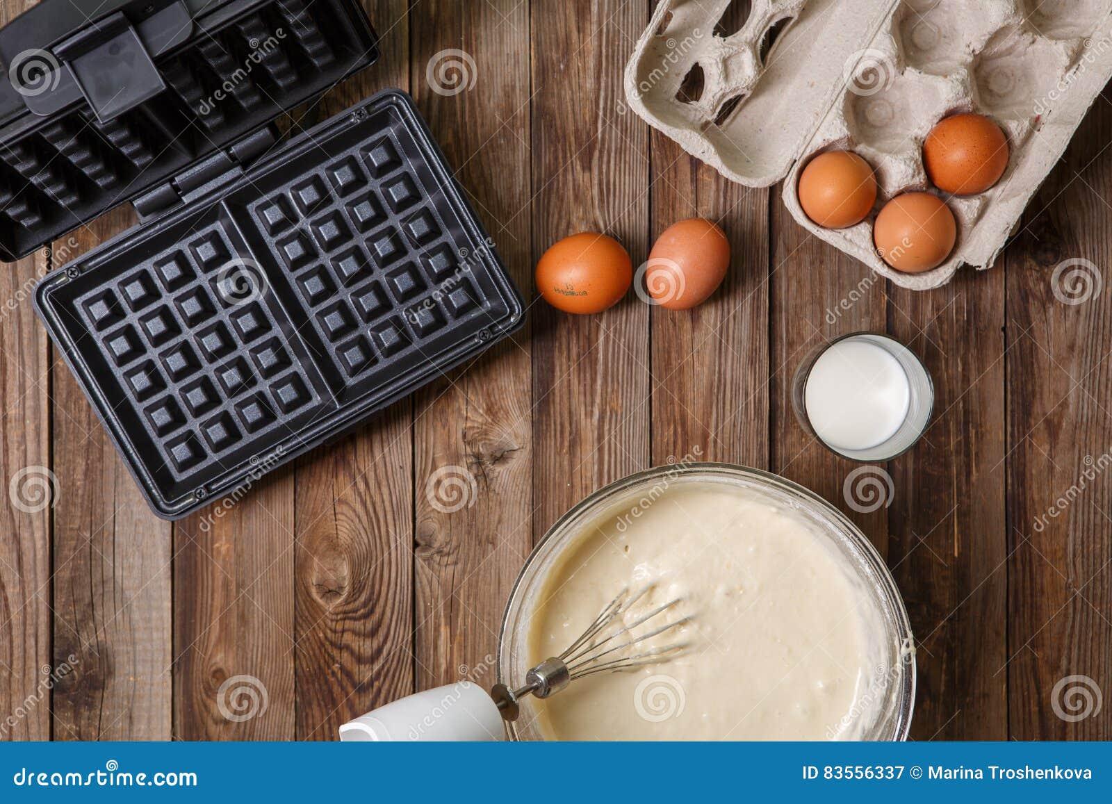 Robić gofrom mleko i jajka w domu - gofra żelazo, ciasto naleśnikowe w pucharze i składniki, -