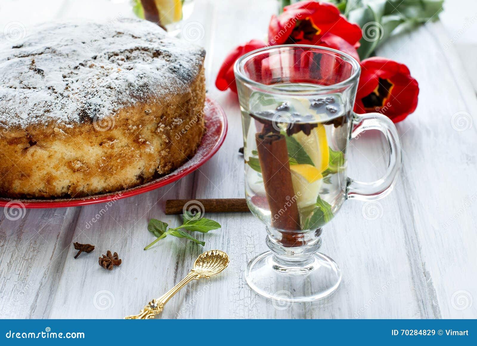 Robić tort z owoc i fragrant herbatą z cytryną, cynamon
