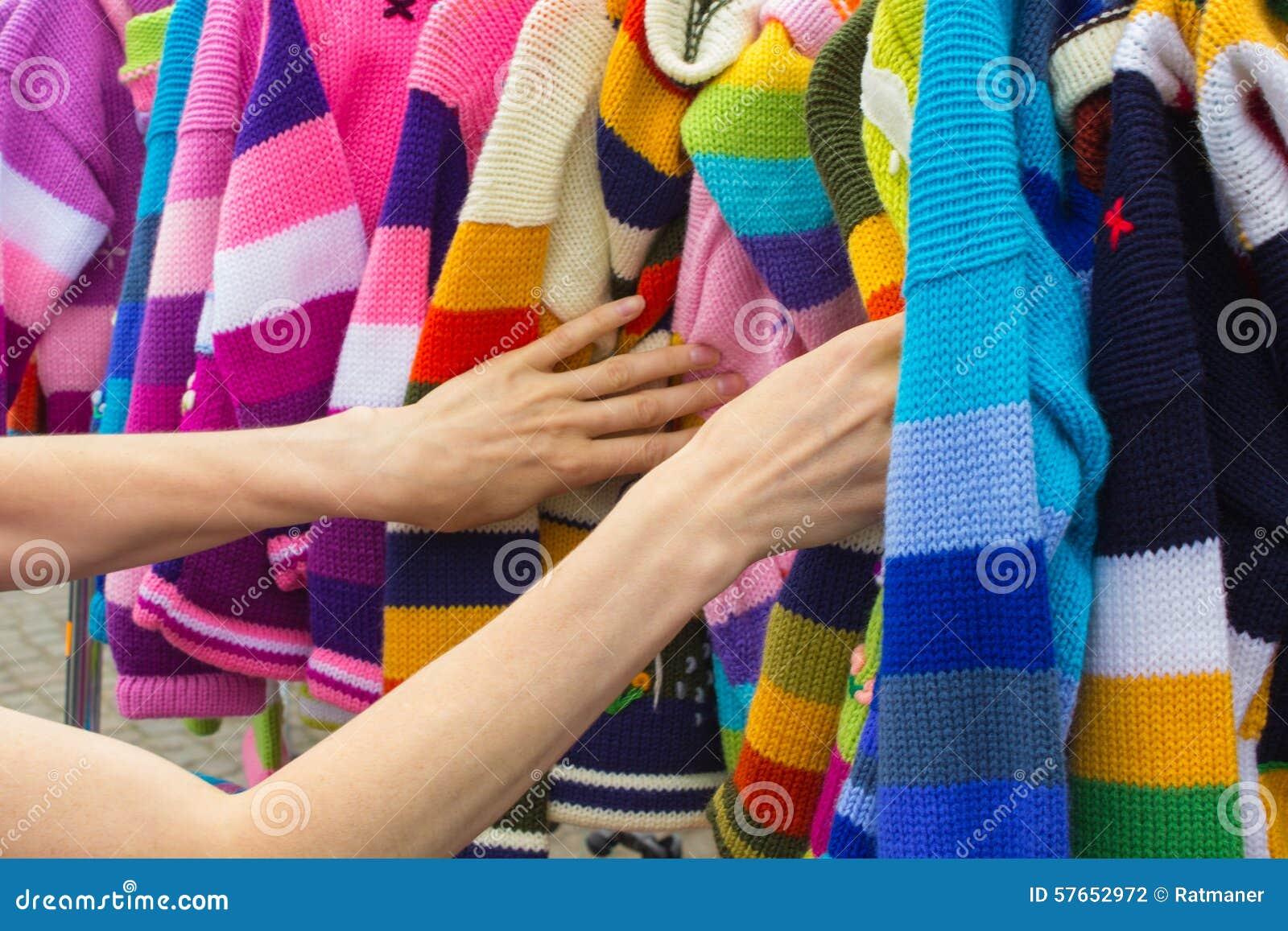 Robić zakupy odziewa na kramu przy bazarem