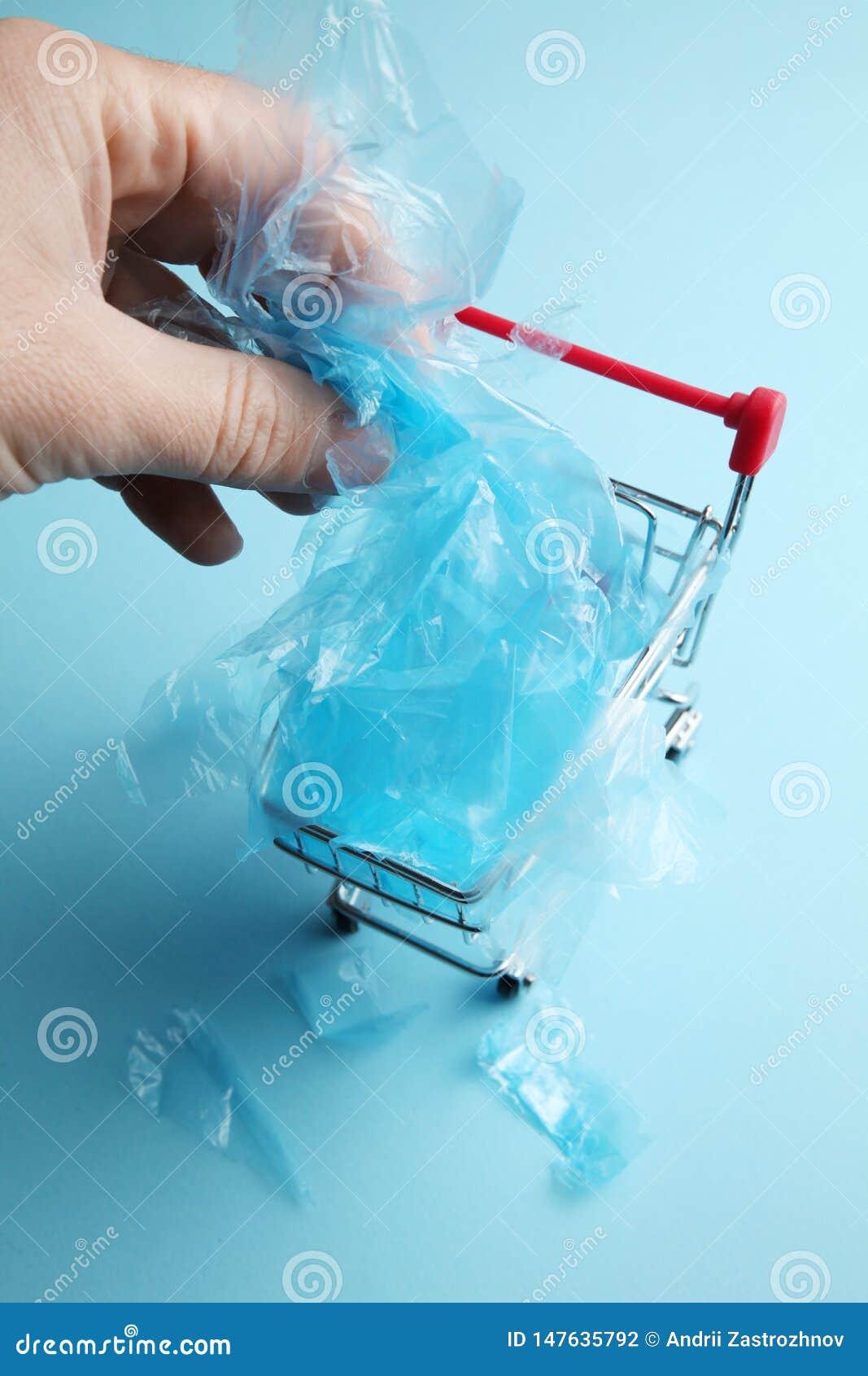 Robić zakupy z plastikowymi workami zanieczyszcza planetę