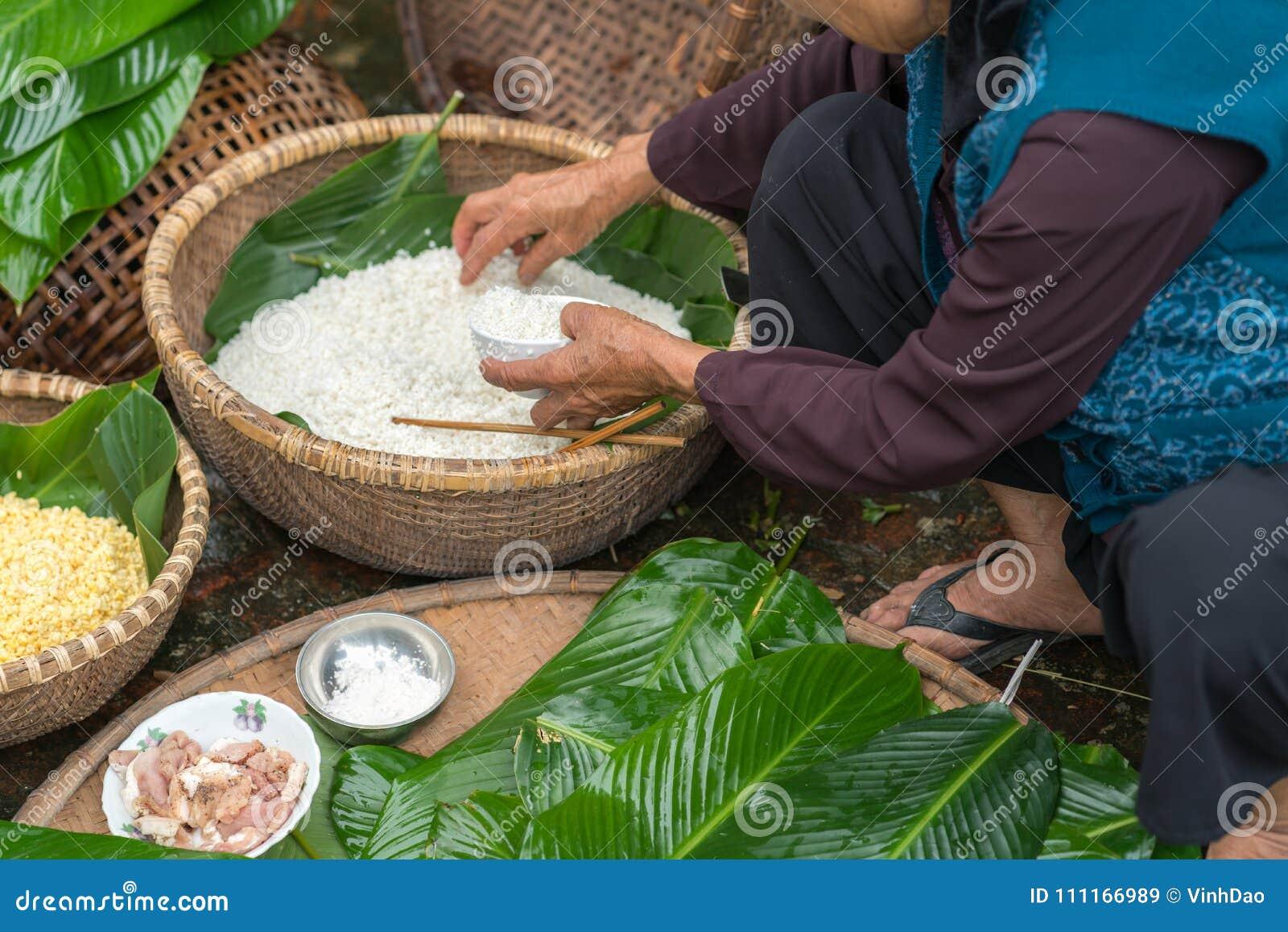 Robić zawijać Chung tort Wietnamskiego księżycowego nowego roku Tet karmowy plenerowego z starych kobiet rękami i składniki, zamy