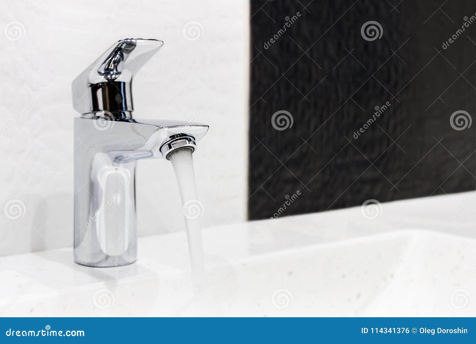 Salle De Bain Et Eau ~ robinet d eau dans la salle de bains ou la toilette photo stock