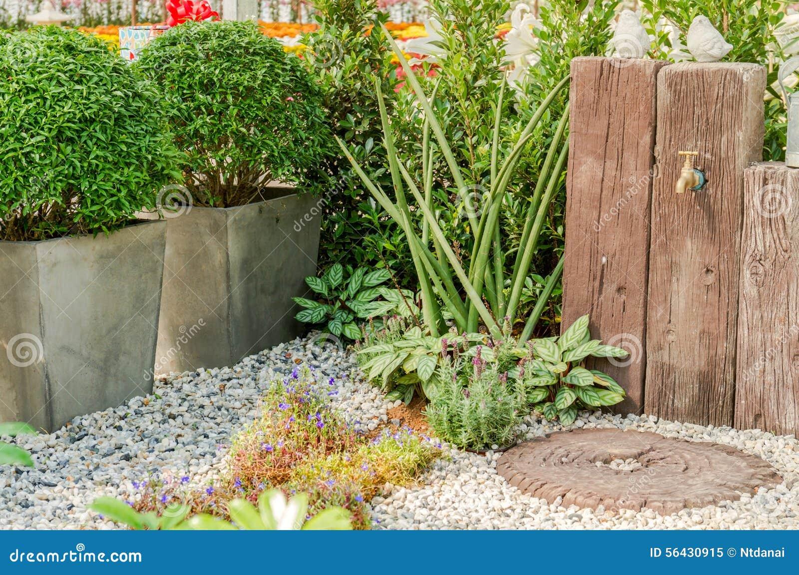 Robinet d 39 eau de d cor dans le jardin photo stock image 56430915 - Invasion d araignee dans le jardin ...