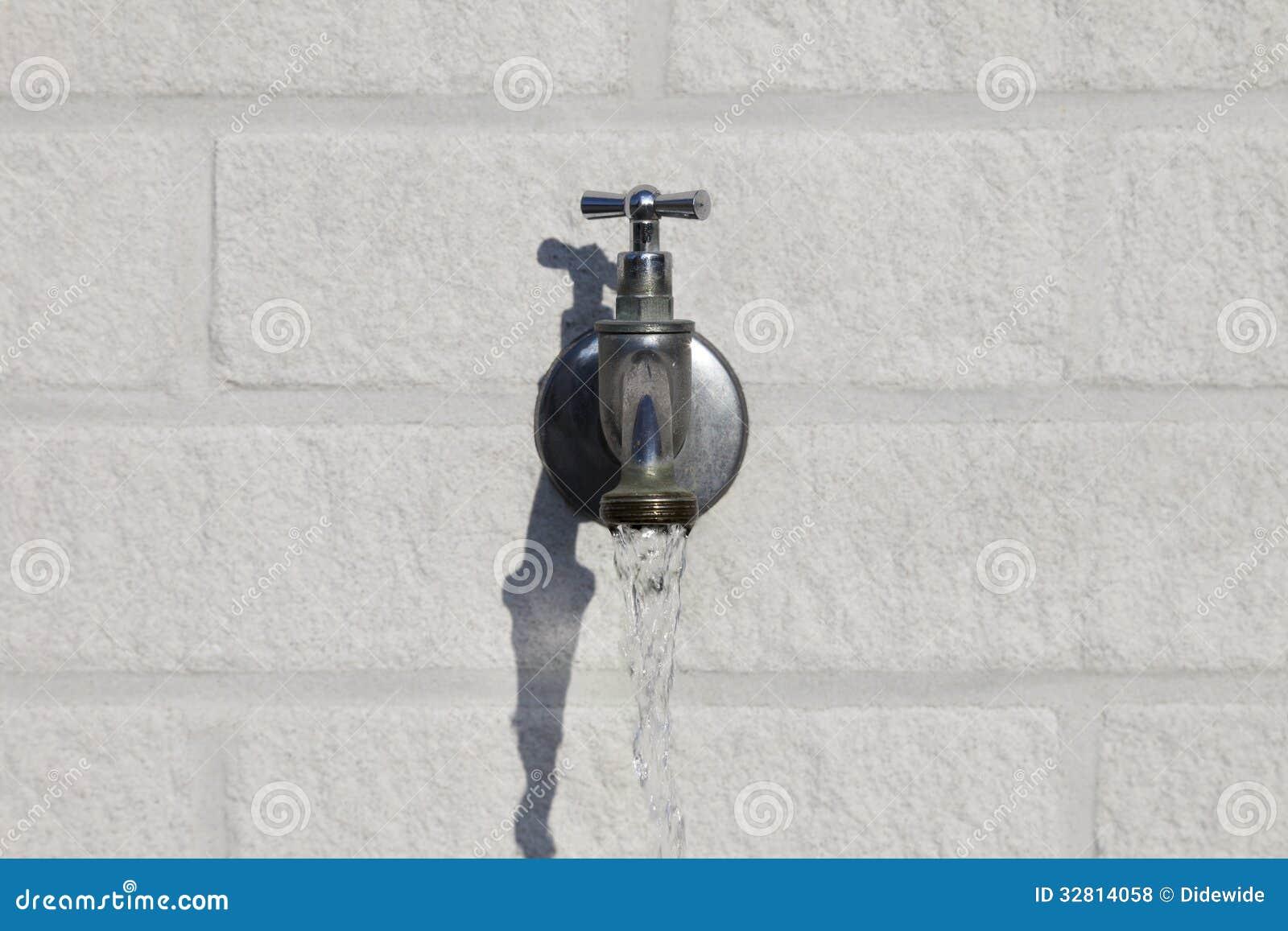 Robinet d 39 eau ext rieur photos libres de droits image for Placer un robinet exterieur