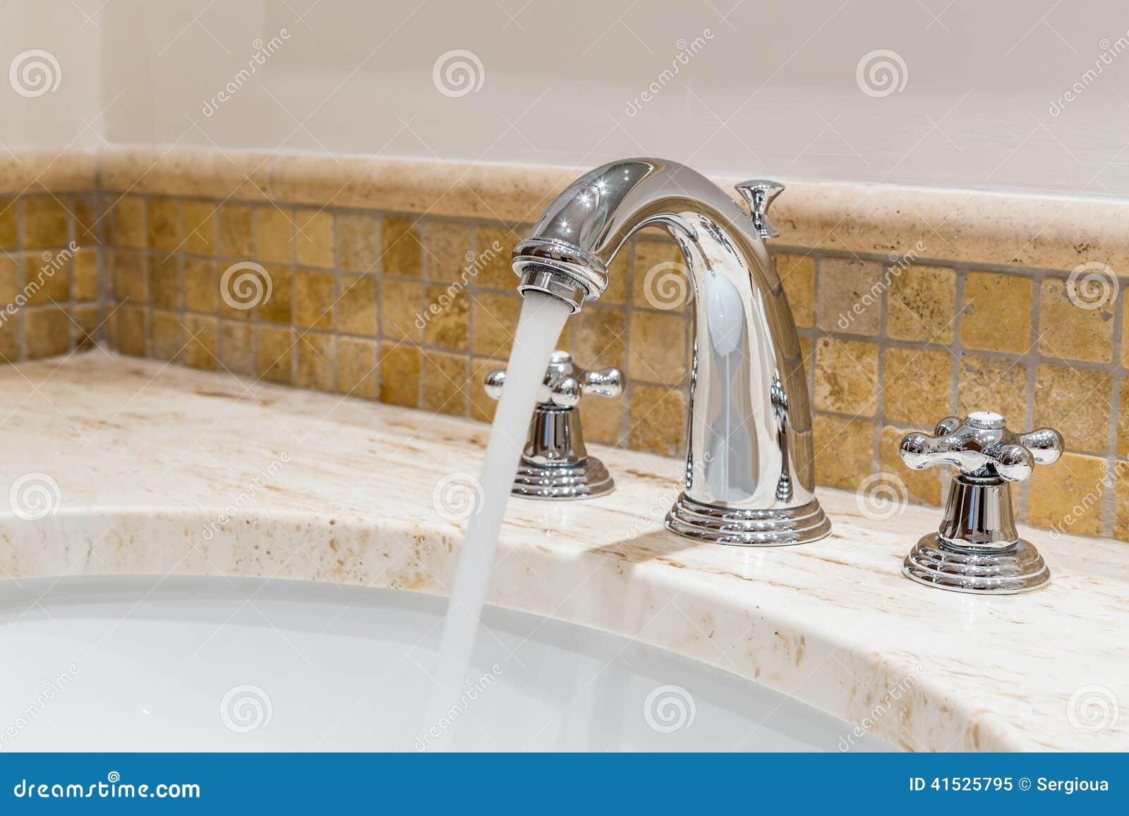 Robinet D\'eau Moderne Dans La Salle De Bains Image stock ...