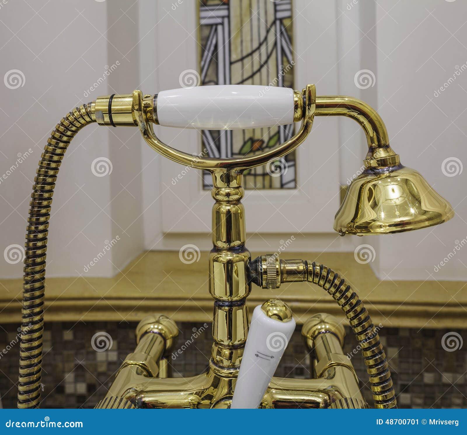 robinets et pommeau de douche de baignoire d 39 or photo. Black Bedroom Furniture Sets. Home Design Ideas
