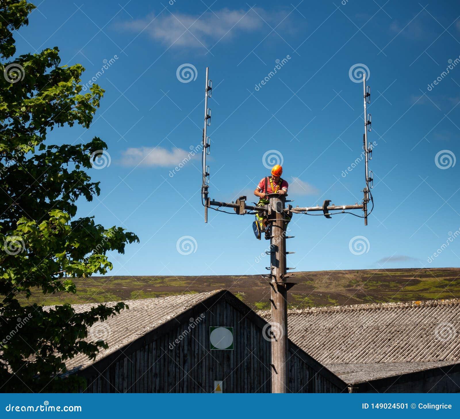 Robociarz robi alteracjom fal radiowych słóżba ratownicza radia maszt