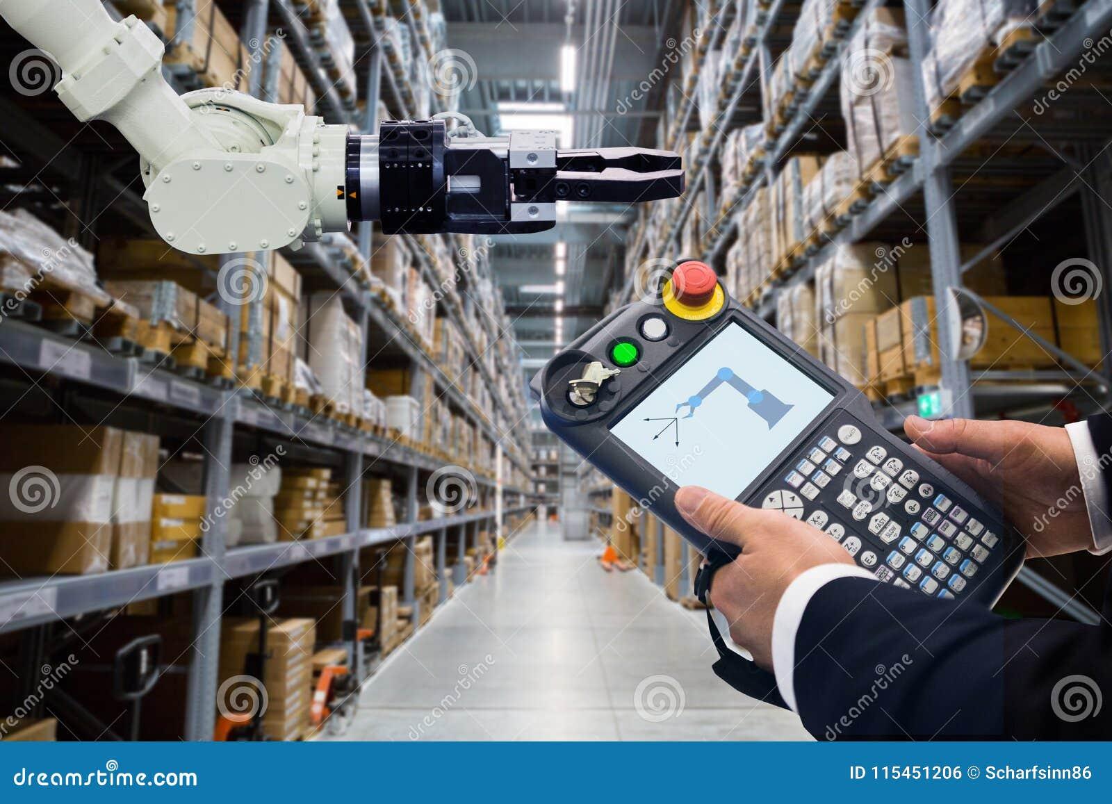 Robot de programación con el brazo robótico en almacén