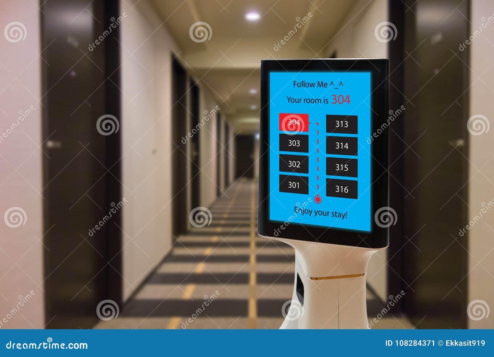 Robot en el concepto del hotel, ayuda robótica del mayordomo el cliente al cuarto que la reservación, puso el objeto, comida, acc