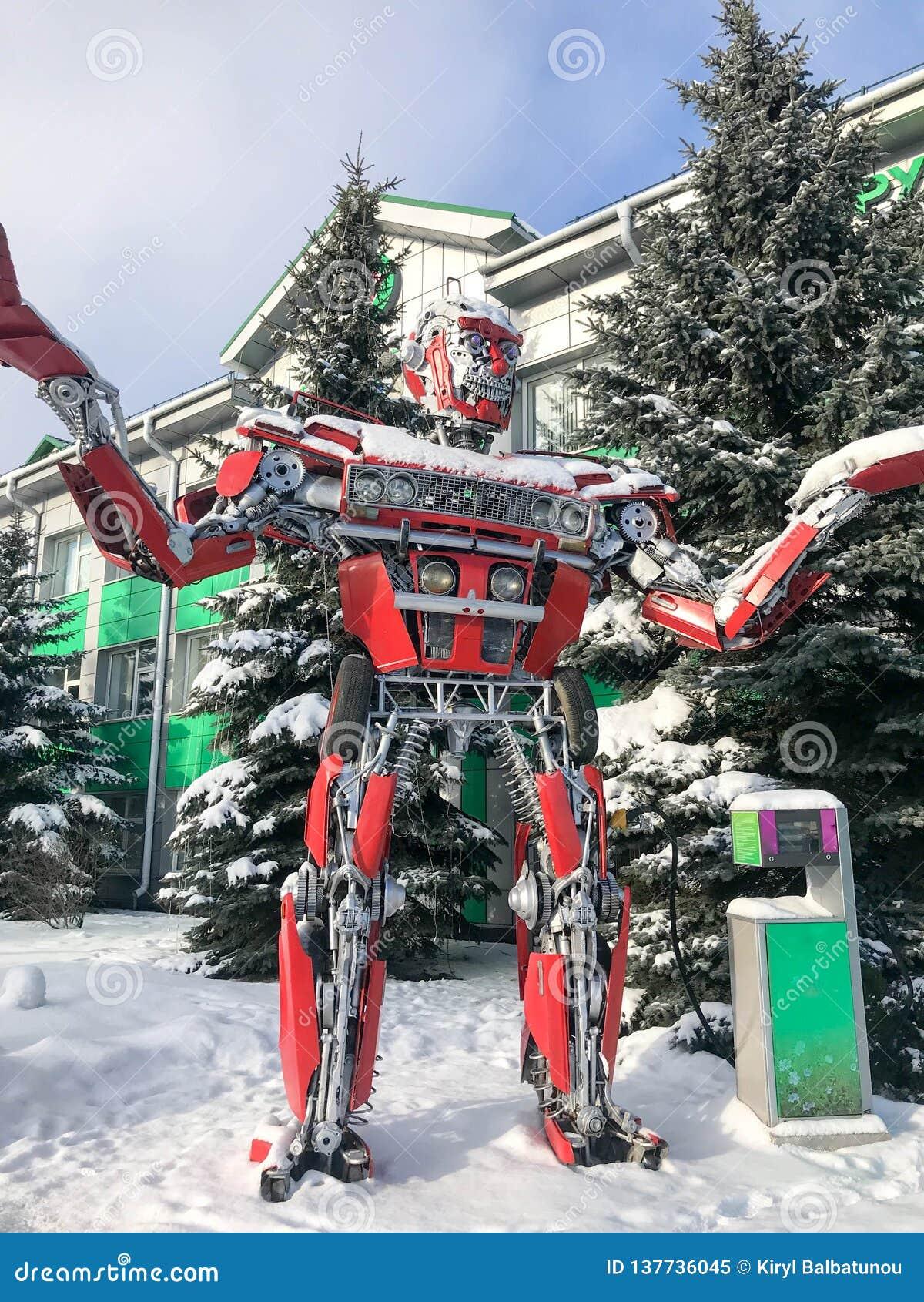 Robot humanoid fantástico del metal rojo del hierro, futurista peligroso fuerte grande de un coche con las manos y cabeza en invi