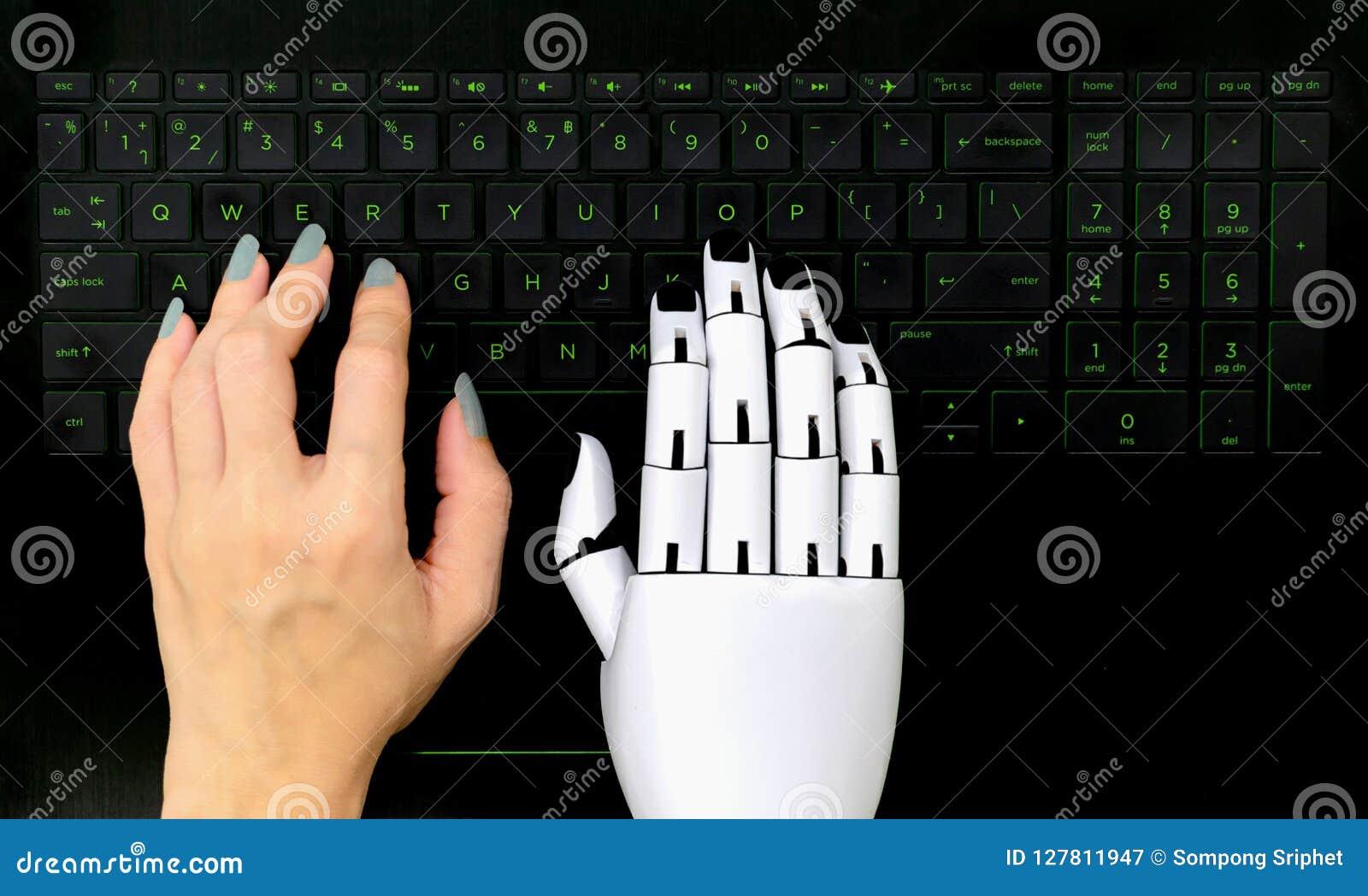 Robota pojęcia chatbot Ludzka ręki i robot ręki odciskania komputerowa klawiatura
