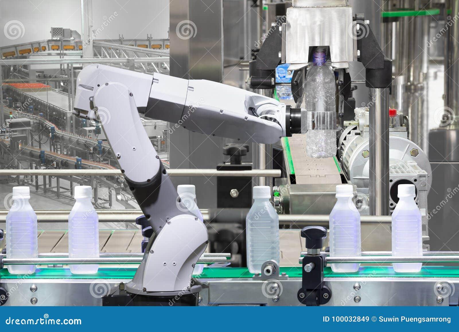 Robotachtige het waterflessen van de wapenholding op drankproductielijn