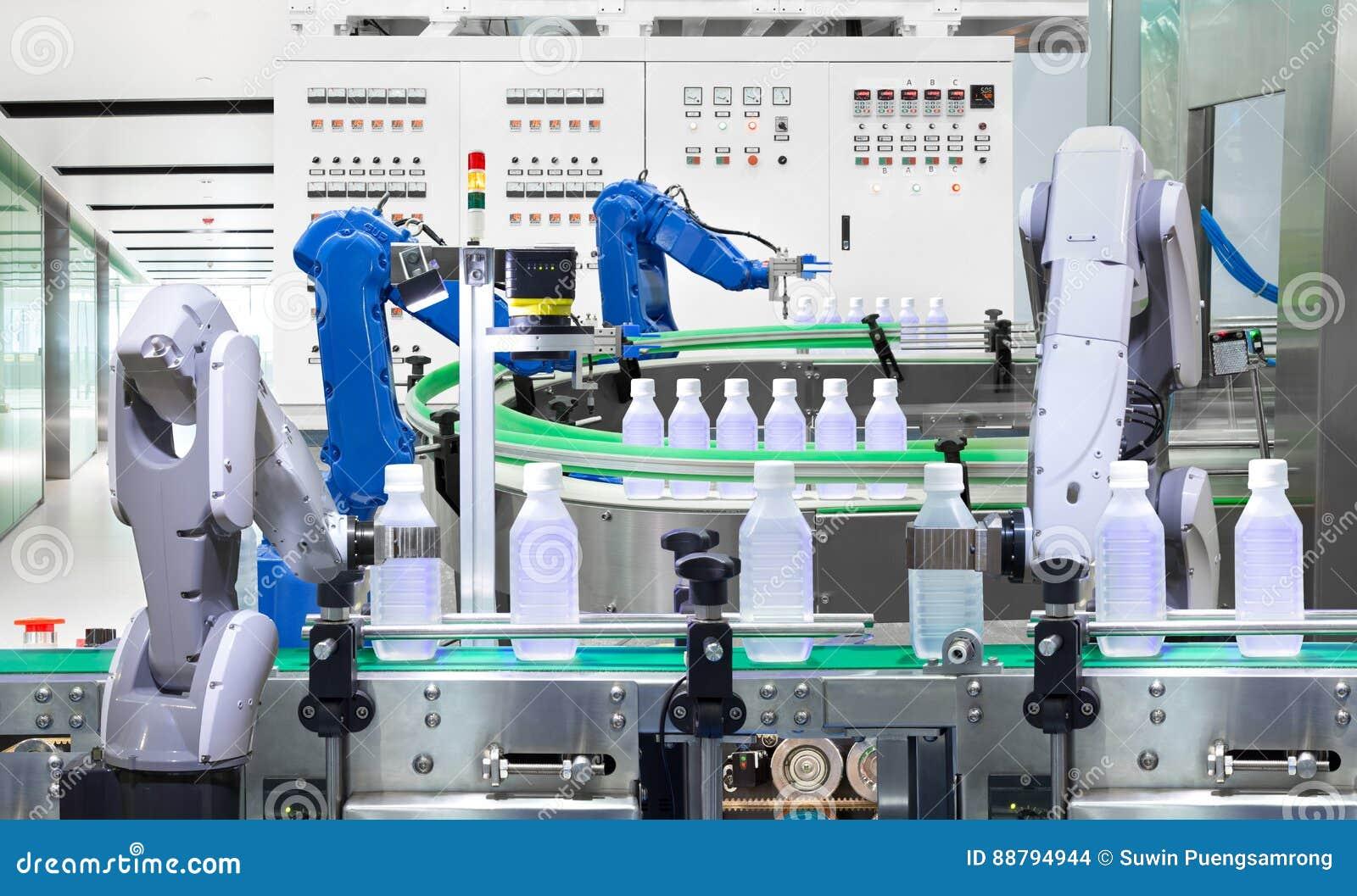 Robotachtige het waterflessen van de wapenholding op productielijn in fabriek,