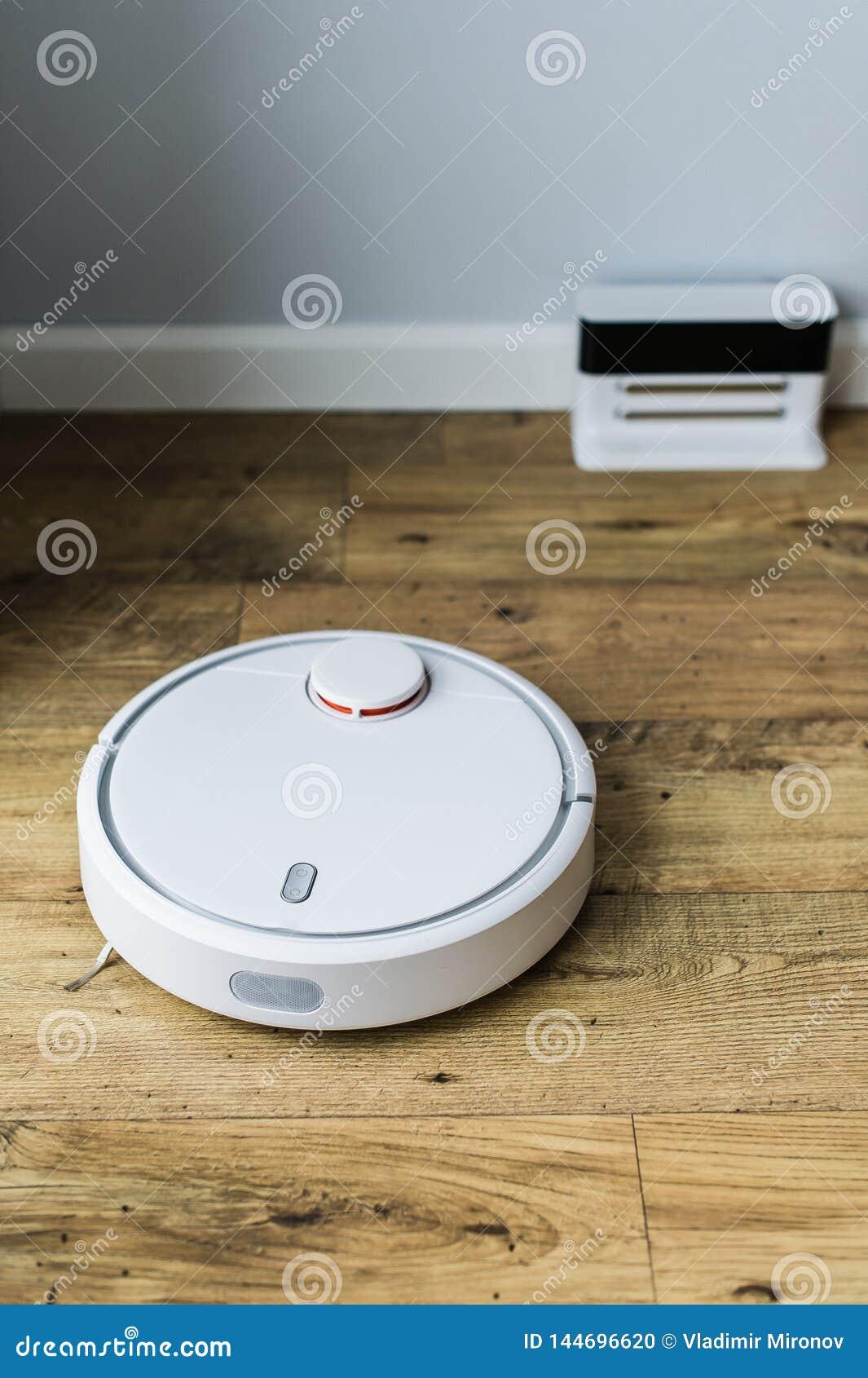Robotdammsugare p? tr?golv ?vre sikt Smart hembegrepp Automatisk lokalv?rd
