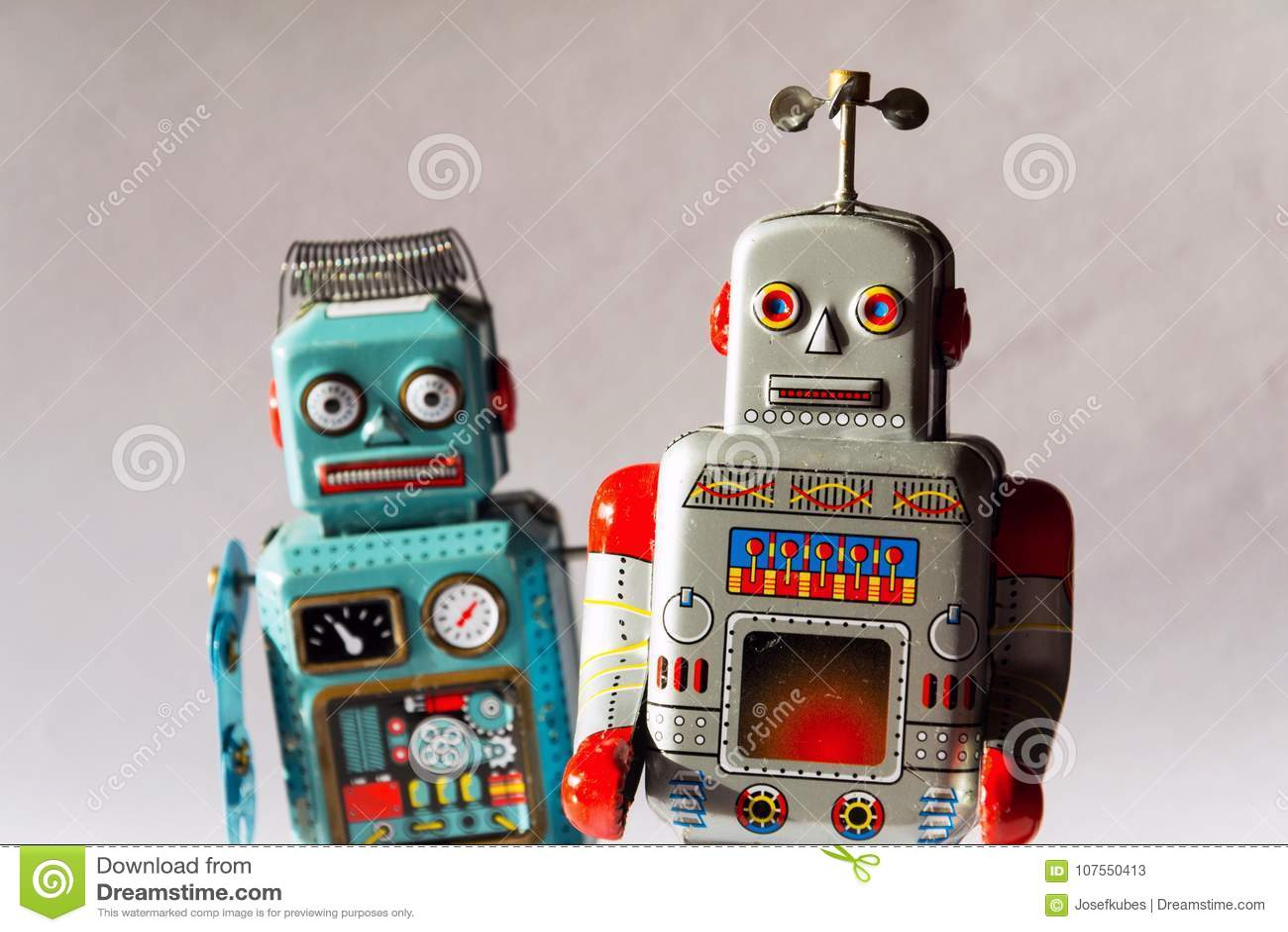 Robots enojados del juguete de la lata del vintage, inteligencia artificial, concepto robótico de la entrega